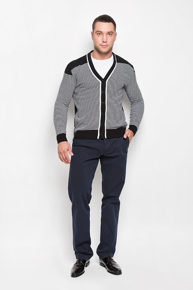 Кардиган мужской Rocawear, цвет: черный, белый. R0315S03. Размер M (48)R0315S03Стильный мужской кардиган Rocawear выполнен из высококачественного натурального акрила, благодаря чему великолепно сохраняет тепло, позволяет коже дышать и обладает высокой износостойкостью и эластичностью. Модель с длинными рукавами и V-образным вырезом горловины согреет вас в прохладные дни. Кардиган застегивается на пуговицы, манжеты рукавов, низ и вырез горловины связаны резинкой. Теплый вязаный кардиган - идеальный вариант для создания уникального образа. Такая модель будет дарить вам комфорт в течение всего дня и послужит замечательным дополнением к вашему гардеробу.
