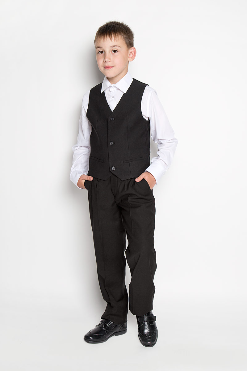 Жилет для мальчика Orby School, цвет: черный. 64183_OLB, вариант 3. Размер 122, 7-8 лет64183_OLBКлассический жилет для мальчика Orby School идеально подойдет для школы. Изготовленный из высококачественной костюмной ткани, он необычайно мягкий и приятный на ощупь, не сковывает движения малыша и позволяет коже дышать, не раздражает даже самую нежную и чувствительную кожу ребенка, обеспечивая ему наибольший комфорт. На подкладке используется гладкая подкладочная ткань. Жилет классического кроя с V-образным вырезом горловины спереди застегивается на пуговицы и дополнен имитацией двух прорезных кармашков. Для удобства на спинке предусмотрен хлястик для регулировки изделия. Простой по крою жилет хорошо смотрится на любой фигуре и гармонично сочетается с галстуками и бабочками, пиджаками, брюками и джинсами. Являясь важным атрибутом школьной моды, стильный жилет подчеркивает деловой имидж ученика, придавая ему уверенность.