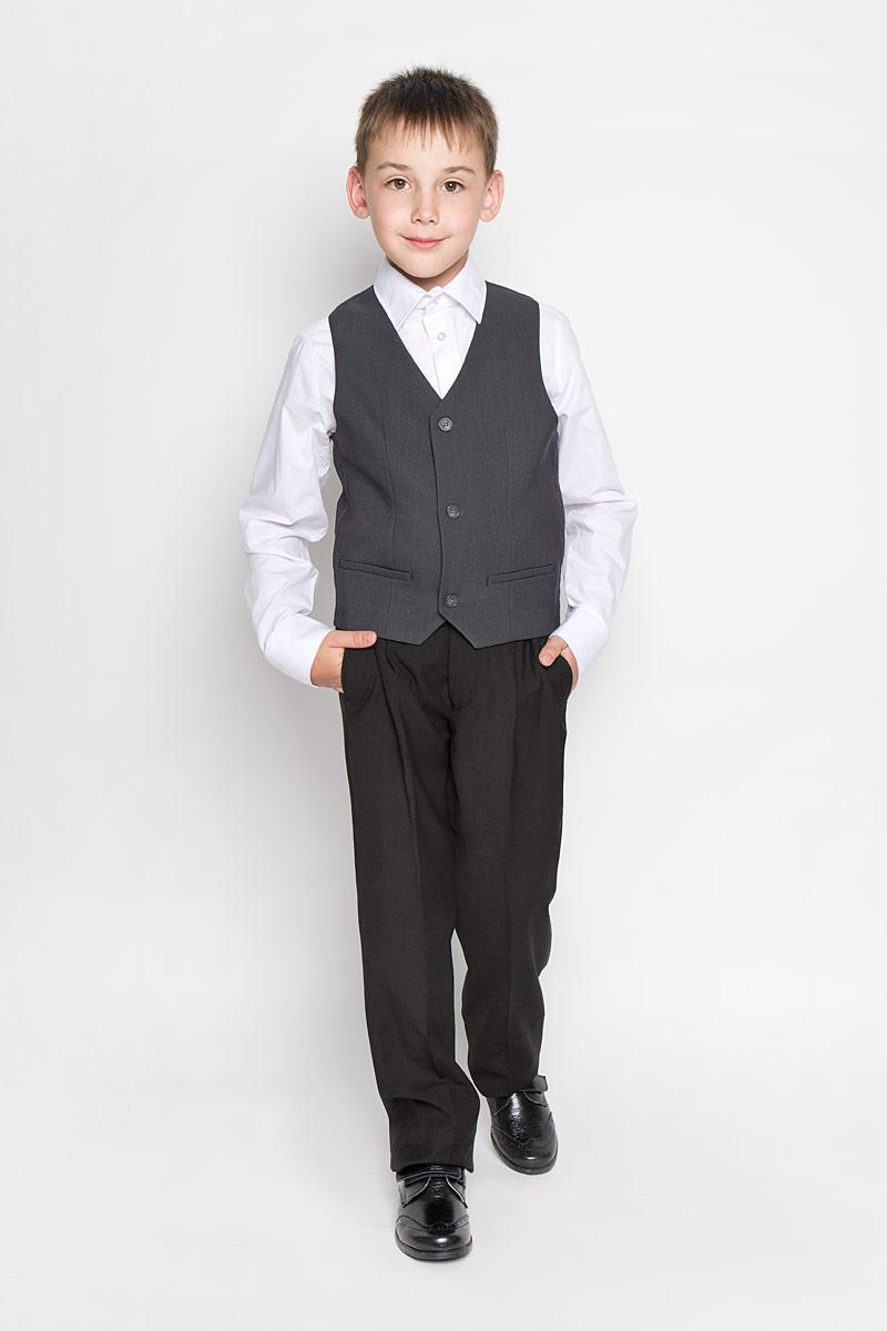 Жилет для мальчика Orby School, цвет: серый. 64183_OLB, вариант 1. Размер 122, 7-8 лет64183_OLBКлассический жилет для мальчика Orby School идеально подойдет для школы. Изготовленный из высококачественной костюмной ткани, он необычайно мягкий и приятный на ощупь, не сковывает движения малыша и позволяет коже дышать, не раздражает даже самую нежную и чувствительную кожу ребенка, обеспечивая ему наибольший комфорт. На подкладке используется гладкая подкладочная ткань. Жилет классического кроя с V-образным вырезом горловины спереди застегивается на пуговицы и дополнен имитацией двух прорезных кармашков. Для удобства на спинке предусмотрен хлястик для регулировки изделия. Простой по крою жилет хорошо смотрится на любой фигуре и гармонично сочетается с галстуками и бабочками, пиджаками, брюками и джинсами. Являясь важным атрибутом школьной моды, стильный жилет подчеркивает деловой имидж ученика, придавая ему уверенность.