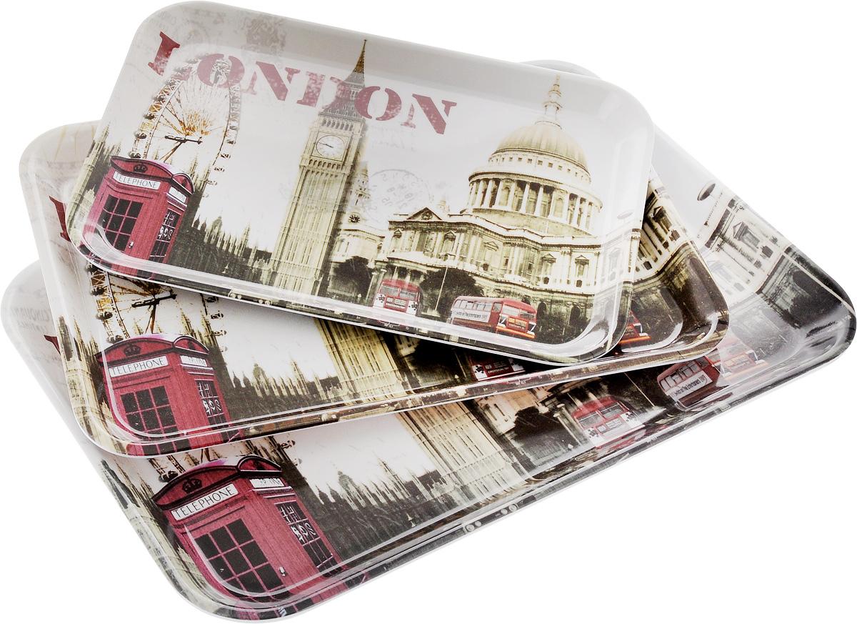 Набор подносов Mayer & Boch London, 3 шт24780Оригинальный набор Mayer & Boch London состоит из трех сервировочных подносов разного размера. Изделия, изготовленные из высококачественного пластика и украшены ярким изображением.Подносы отлично подойдут для красивой сервировки различных блюд, закусок и фруктов на праздничном столе. Набор подносов Mayer & Boch London станет отличным подарком на любой праздник.Размер малого подноса (с учетом ручек): 29 х 20 х 1,6 см.Размер среднего подноса (с учетом ручек): 33,5 х 23 х 2 см.Размер большого подноса (с учетом ручек): 38,5 х 26,5 х 2,3 см.