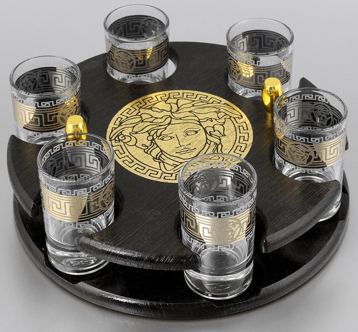 Набор стопок Мусатов Версаче, на подставке, 7 предметов03-112Набор Мусатов Версаче состоит из 6 стопок и деревянной подставки. Стопки, изготовленные из высококачественного натрий-кальций-силикатного стекла, оформлены красивым зеркальным покрытием и оригинальным орнаментом. Такой набор прекрасно дополнит праздничный стол и станет желанным подарком в любом доме. Стопки разрешается мыть в посудомоечной машине. Диаметр стопки: 4,5 см. Высота стопки: 6,9 см.Диаметр подставки: 21,5 см. Высота подставки: 5 см.