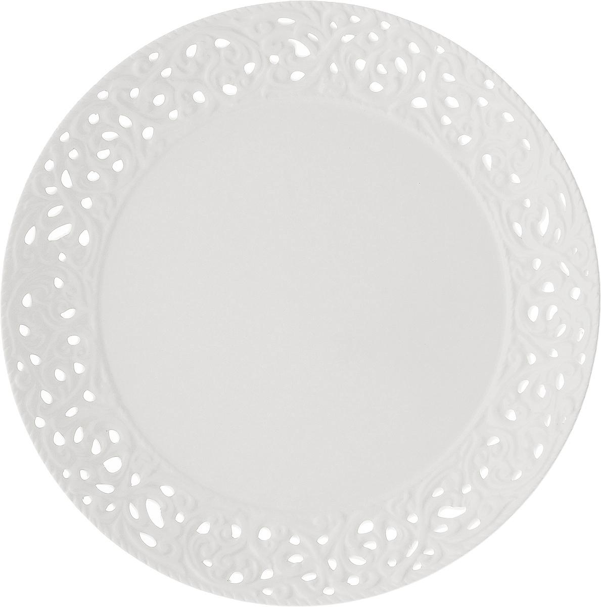 Блюдо Loraine Ажур, диаметр 30 см23804Блюдо Loraine Ажур, изготовленное из высококачественного доломита, украшено оригинальным ажурным узором. Стильная форма и интересное исполнение идеально впишутся в любой стиль, а универсальный белый цвет подойдет к любой мебели.Такое блюдо принесет новизну в вашу кухню и приятно порадует глаз.Диаметр (по верхнему краю): 30 см.Высота: 4 см.