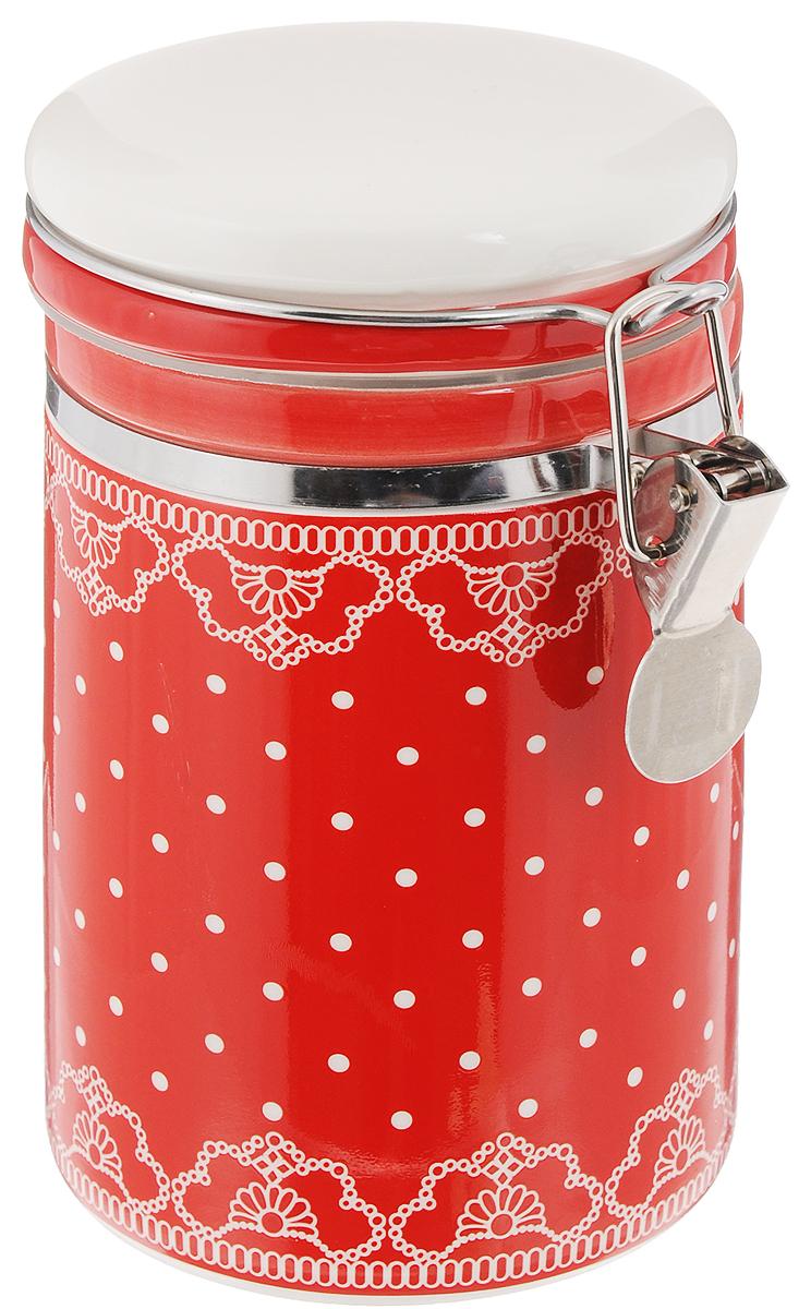 Банка для сыпучих продуктов Loraine Красный узор, 700 мл25816Банка для сыпучих продуктов Loraine изготовлена из прочной керамики высокого качества и декорирована ярким дизайном. Крышка плотно закрывается с помощью железного зажима, что позволит дольше сохранить свежесть находящего в ней продукта. Практичное и полезное приобретение для вашей кухни.Диаметр (по верхнему краю): 9 см.Высота (с учетом крышки): 15 см.