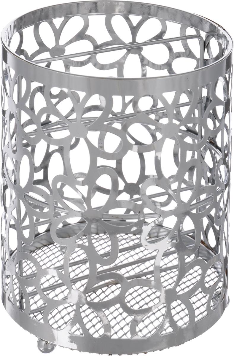 """Подставка для столовых приборов """"Mayer & Boch"""" представляет собой каркас, разделенный на  две секции. Изделие выполнено из метала с хромированной поверхностью. В нижней части  находится металлическая сетка.  Подставка оснащена тремя круглыми ножками, которые обеспечивают ей устойчивость на любой  поверхности. Красивая подставка для столовых приборов декорирована резным цветочным дизайном. Она не  займет много места, а столовые приборы будут всегда под рукой.  Диаметр поставки: 12 см  Высота подставки: 15 см."""