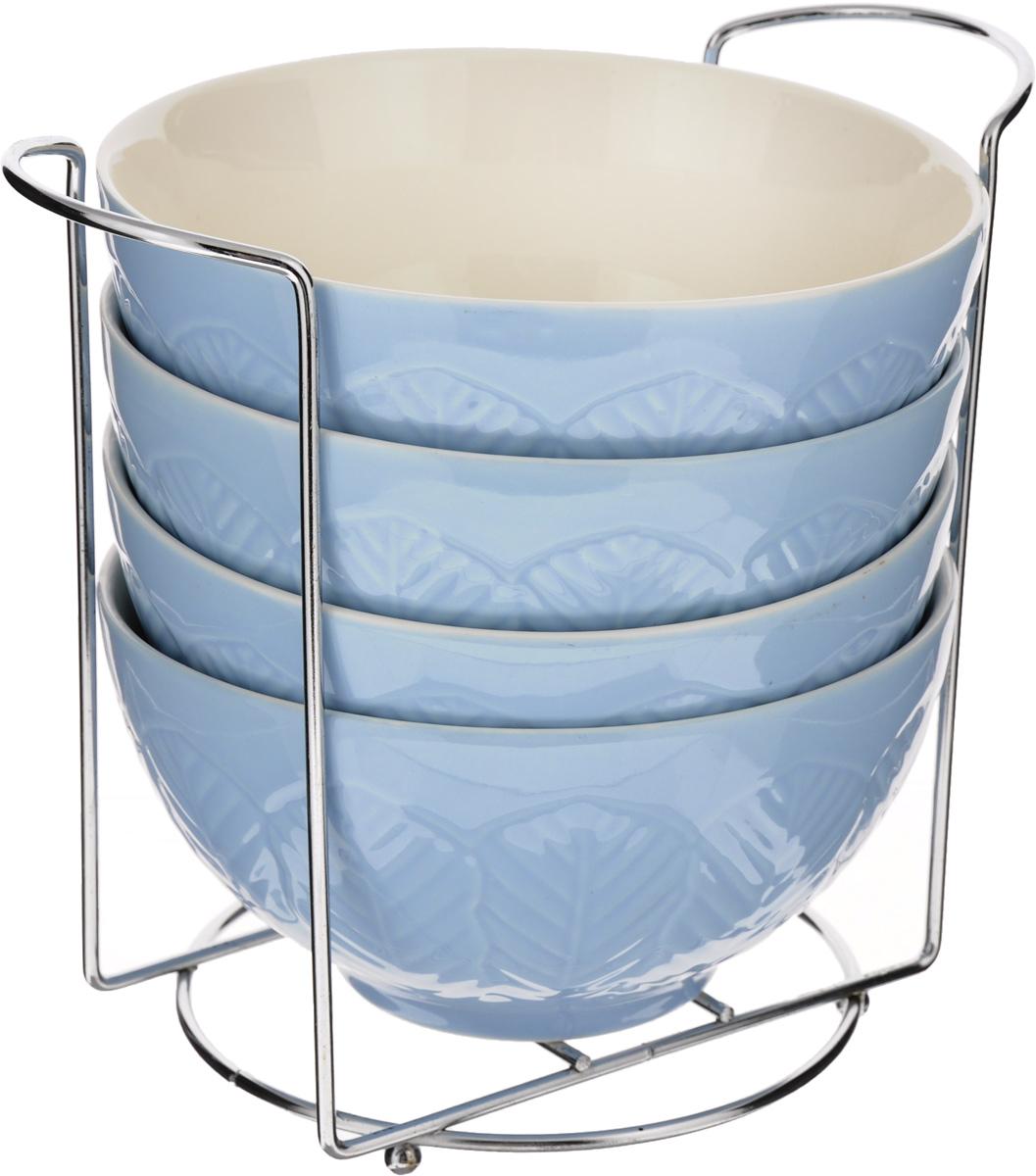 Набор супниц Loraine, на подставке, цвет: синий, белый, 420 мл, 5 предметов22571Набор Loraine включает четыре супницы, выполненные из высококачественной глазурованной керамики. Внешние стенки декорированы рельефным узором. Набор прекрасно подходит для подачи супов, бульонов и других блюд. Элегантный дизайн отлично впишется в интерьер любой кухни.Супницы компактно размещаются на подставке из железа.Посуду можно использовать в микроволновой печи и холодильнике, а также мыть в посудомоечной машине.Объем супниц: 420 мл.Диаметр супниц (по верхнему краю): 15,5 см.Высота супниц: 8 см.Размер подставки: 20 х 13 х 18 см.