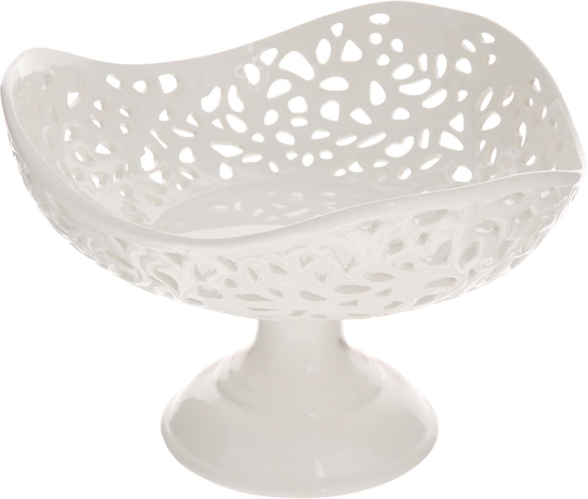 Конфетница Mayer & Boch Ажур, 23 х 23 х 15,5 см23817Конфетница Mayer & Boch Ажур, изготовленная из высококачественного доломита, украшена оригинальным ажурным узором. Стильная форма и интересное исполнение идеально впишутся в любой стиль, а универсальный белый цвет подойдет к любой мебели.Такая конфетница принесет новизну в вашу кухню и приятно порадует глаз.