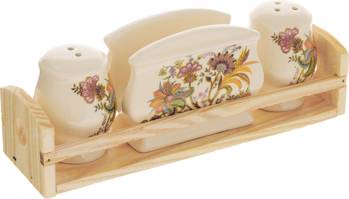 Набор для специй Loraine, 4 предмета. 2485524855Набор для специй Loraine состоит из двух емкостей для соли и перца, салфетницы. Изделия выполнены из высококачественной доломитовой керамики и декорированы красивым узором. Гладкое глазурованное покрытие приятно на ощупь. Для хранения изделий предусмотрена деревянная подставка. Красочный дизайн сделает набор отличным дополнением сервировки стола. Изделия можно использовать в СВЧ и мыть в посудомоечной машине. Размер емкостей: 5 х 5 х 6,5 см. Размер салфетницы: 9 х 4,5 х 7 см. Размер подставки: 21 х 6,5 х 5 см.