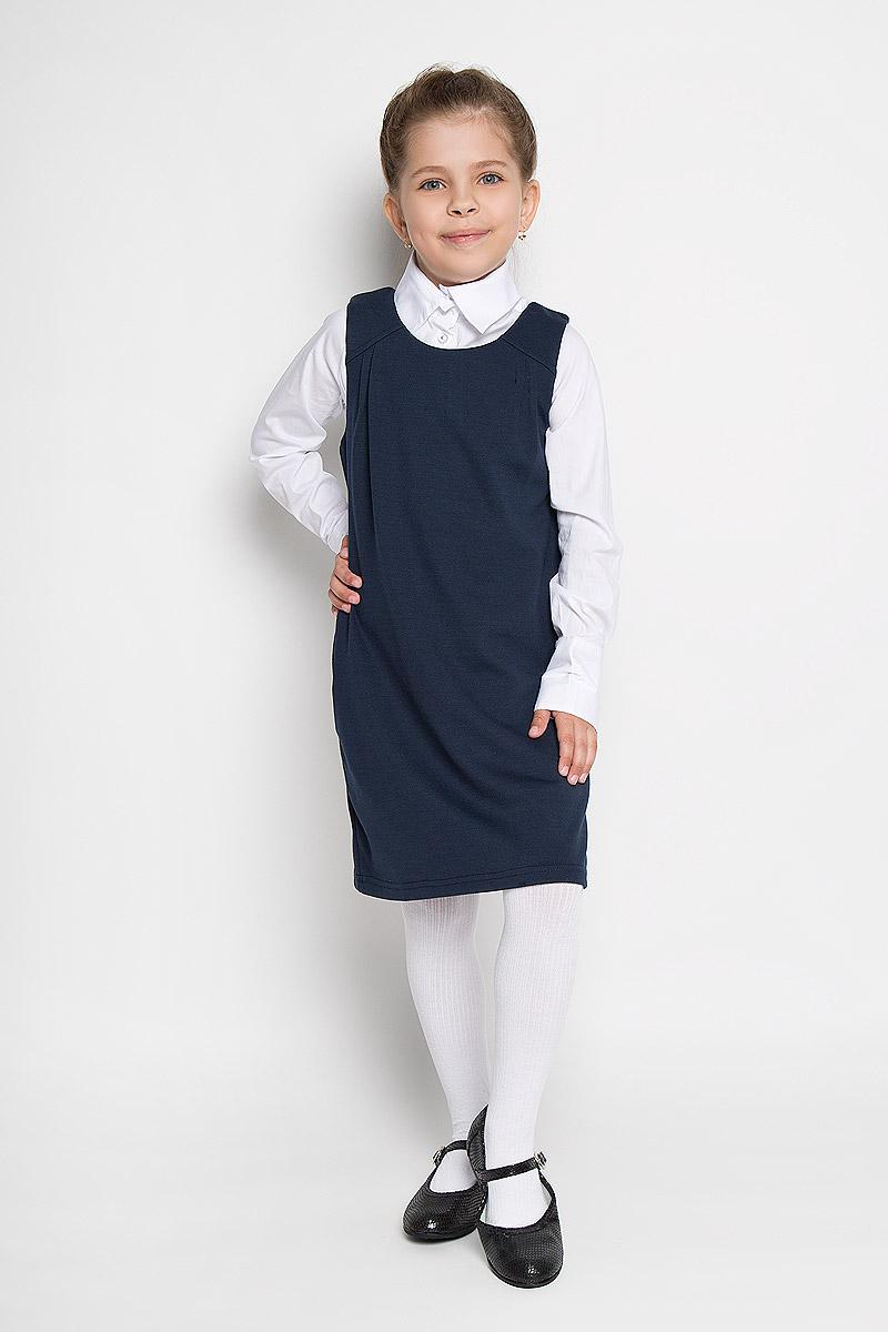 Сарафан для девочки Button Blue, цвет: синий. 215BBGS5003. Размер 134, 9 лет215BBGS5003Сарафан для девочки Button Blue - базовая вещь в школьном гардеробе ребенка. Изготовленный из полиэстера с добавлением района и эластана, он мягкий и приятный на ощупь, не сковывает движения и позволяет коже дышать, не раздражает даже самую нежную и чувствительную кожу ребенка, обеспечивая наибольший комфорт. Подкладка выполнена из гладкой подкладочной ткани. Сарафан трапециевидного силуэта с круглым вырезом горловины на спинке застегивается на длинную скрытую застежку-молнию. Комфортный свободный силуэт не стесняет движений и позволяет использовать модель для всех типов фигур. По бокам сарафан дополнен двумя прорезными кармашками. Верхняя часть изделия спереди дополнена складками, что гармонично дополняет образ.Являясь важным атрибутом школьной моды, в сочетании с любой водолазкой, футболкой, блузкой, сарафан выглядит очень изысканно и деликатно.