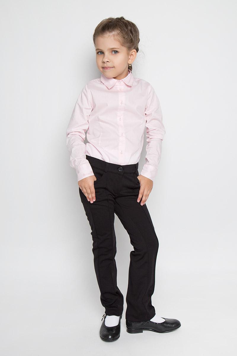 Брюки для девочки Button Blue, цвет: черный. 215BBGS5601. Размер 134, 9 лет215BBGS5601Стильные брюки для девочки Button Blue идеально подойдут для школы и повседневной носки. Изготовленные из высококачественного материала, они необычайно мягкие и приятные на ощупь, не сковывают движения и позволяют коже дышать, обеспечивая наибольший комфорт. Брюки прямого кроя с застроченными стрелками прекрасно сидят и хорошо держат форму. Модель застегивается на пуговицу в поясе и ширинку на молнии, предусмотрены шлевки для ремня. Сзади на поясе изделие оформлено вышитой надписью с названием бренда. Спереди брюки дополнены двумя втачными карманами. Брючины оформлены небольшими отворотами. Такие брюки будут прекрасно сочетаться с различными блузками и пиджаками. Такие брюки - отличный выбор для школьного гардероба.