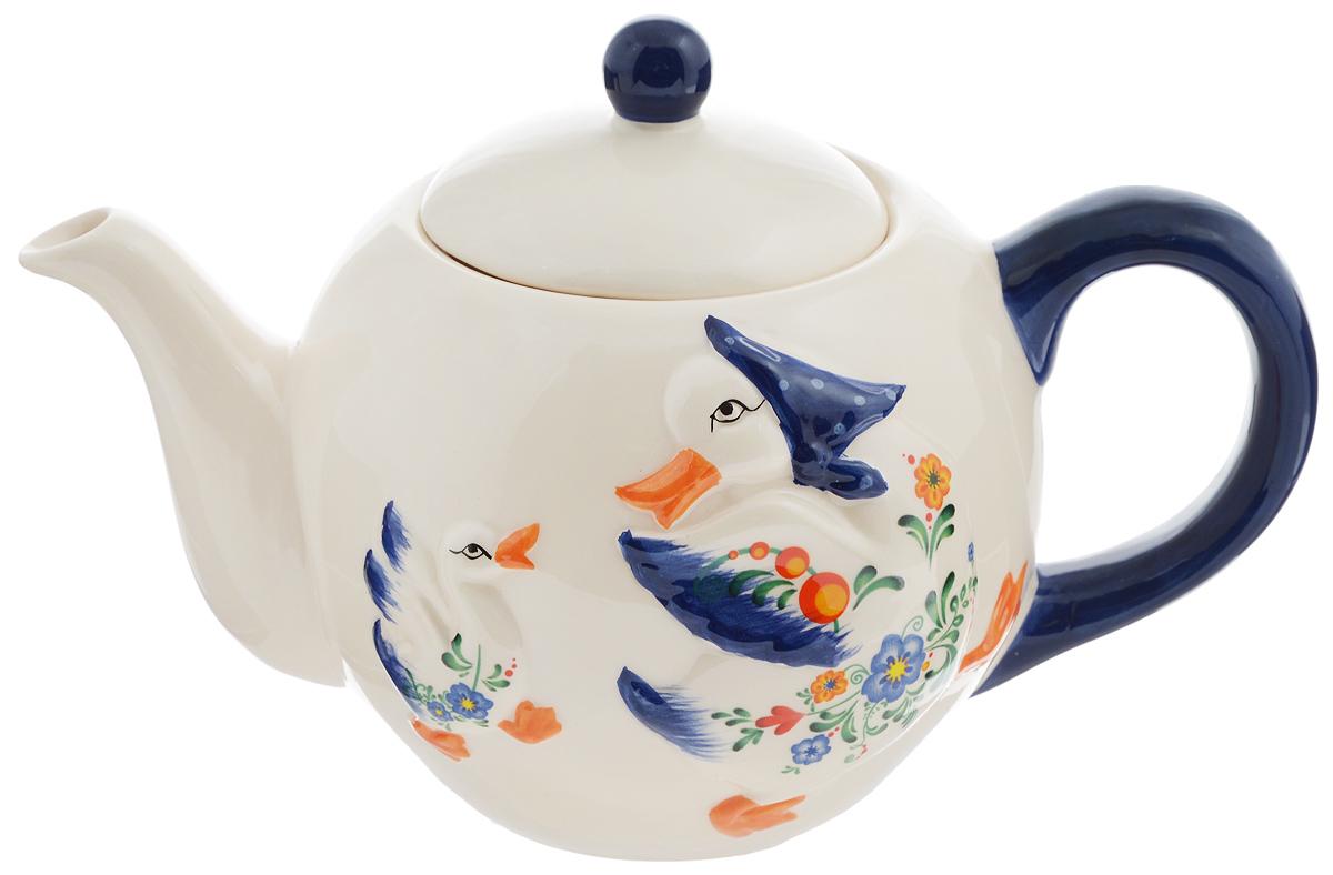 """Заварочный чайник Loraine """"Гуси"""" изготовлен из высококачественной доломитовой керамики. Он имеет изящную форму и красивый дизайн с изображением гусей. Гладкая, идеально ровная поверхность облегчает очистку.  Чайник сочетает в себе изысканный дизайн с максимальной функциональностью. Красочность оформления придется по вкусу и ценителям классики, и тем, кто предпочитает утонченность и изысканность.  Чайник можно мыть в посудомоечной машине и использовать в микроволновой печи.  Диаметр (по верхнему краю): 8,5 см.  Диаметр основания: 7 см.  Высота (без учета крышки): 11,5 см.  Высота (с учетом крышки): 15,5 см."""