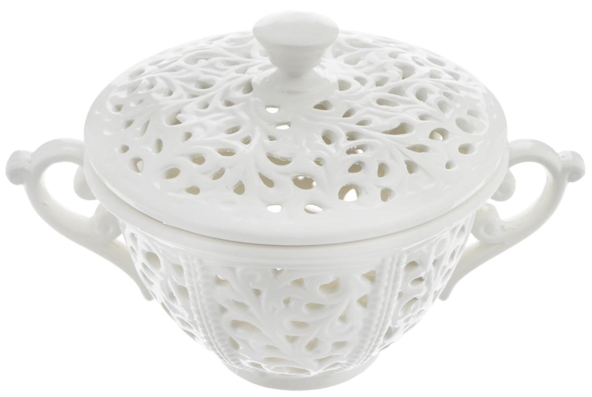 Ваза Loraine, с крышкой, диаметр 15,5 см23824Изящная ваза Loraine изготовлена из высококачественного доломита. Изделие декорировано оригинальным ажурным узором. Ваза снабжена крышкой. Стильная форма и интересное исполнение позволят вазе идеально вписаться в любой интерьер, а классический белый цвет и изящный дизайн украсит праздничную сервировку стола к любому торжеству. Ваза предназначена для сервировки конфет, зефира, печенья, а также других сладостей. Такая ваза станет замечательным подарком к празднику. Диаметр вазы (по верхнему краю): 15,5 см. Диаметр основания: 6,5 см. Высота (без учета крышки): 7,5 см.