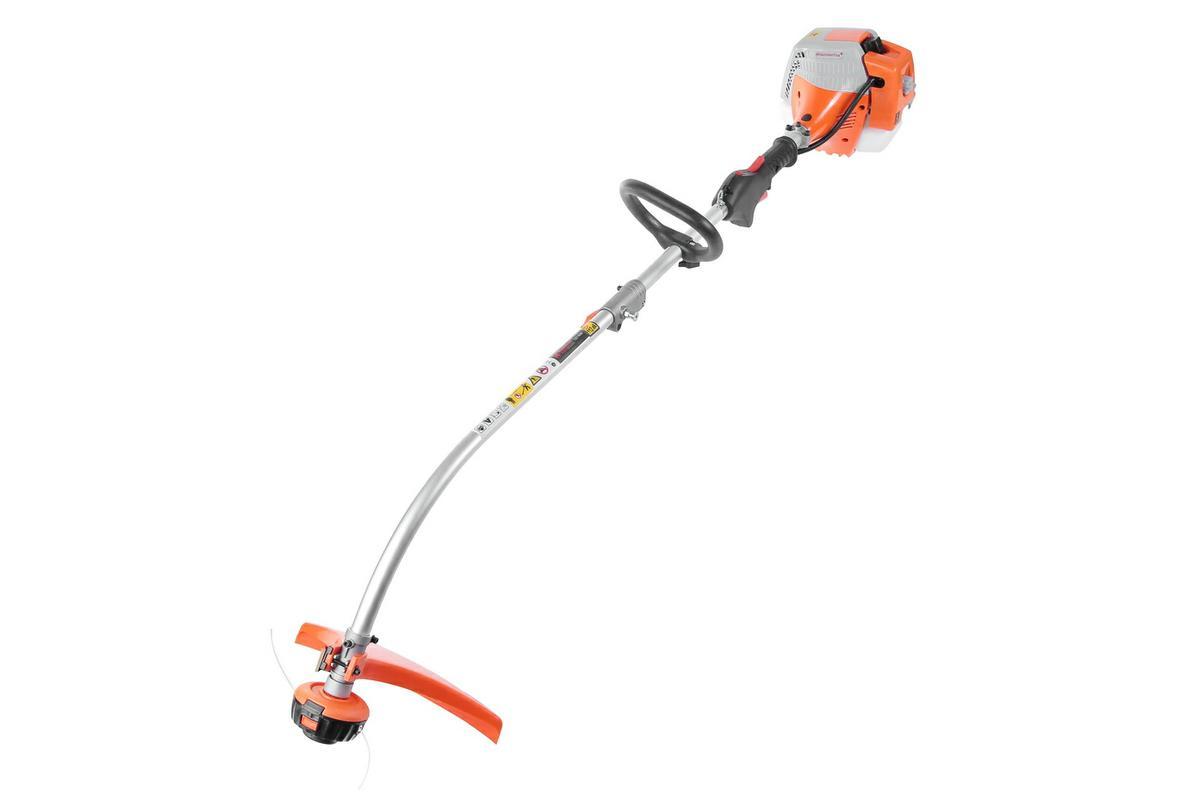 Мотокоса Hammer Flex MTK25B277343Мотокоса Hammer Flex используется там, где много сорняков, густых насаждений, зарослей и заросших тропинок. Бензокоса выгодно отличается от электрических моделей своей автономностью и электробезопасностью. Инструмент не зависит от длины электрокабеля или от обязательного наличия рядом источника электропитания. Из-за этого повышается удельная мощность инструмента, расширяется возможность применения различных насадок (стальные ножи, кусторезы, ножницы, культиваторы). Мотокоса Hammer Flex MTK25B - самая легкая модель в линейке, весит всего 5,6 кг, отлично сбалансирована и проста в обслуживании. За один проход инструмент обрабатывает полосу шириной 380 мм. Модель поможет подравнять газон на дачном участке, подойдет для стрижки вокруг деревьев, дорожек, лестниц, отлично справится с интенсивными и длительными работами. Компенсатор предотвращает перенасыщение смеси при загрязнении воздушного фильтра и позволяет работать непрерывно в течение длительного срока. Удобный наплечный ремень, облегчающий длительную работу, предоставляет большую свободу перемещений и обеспечивает надежность при эксплуатации изделия. Тип режущего инструмента - леска. В основании катушки с леской расположена кнопка. Для подачи новой лески достаточно слегка ударить головкой инструмента о землю. Модель оснащена D-образной рукояткой, которую можно устанавливать под разным углом. Благодаря этому управлять инструментом комфортно при работе в разных плоскостях. На рукоятке есть кнопка-предохранитель, которая в перерывах между работой защитит от случайного включения. Штанга разбирается - нужно просто раскрутить вентиль. Оптимизированная длина штанги и редуктор с повышенным крутящим моментом облегчают работу и позволяют режущему оборудованию работать параллельно земле.Модель оснащена мощным 2-тактным бензиновым двигателем, который выдерживает интенсивную работу. Двигатель быстро охлаждается за счет увеличенной площади охлаждающих ребер. Антивибрационная система уменьшает вред