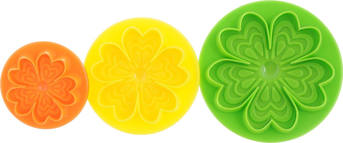 """Формочки с поршнем """"Mayer & Boch"""", изготовленные из высококачественного пластика, отлично подходят для легкого вырезания украшений из марципана, мастики или помадки. В наборе 3 формочки в виде цветков разного размера.Размер формочек: 8 х 8 х 4 см; 6,5 х 6,5 х 4 см; 5 х 5 х 2,5 см."""