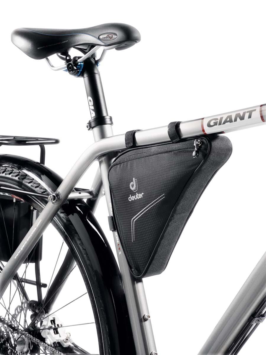 Сумка под раму Deuter Bike Accessoires Triangle Bag, цвет: черный, 1, 7л32692_7000Треугольная сумка на раму, снабжена подушкой для переноски велосипеда на плече, отражателями 3M и внутренним карманом.