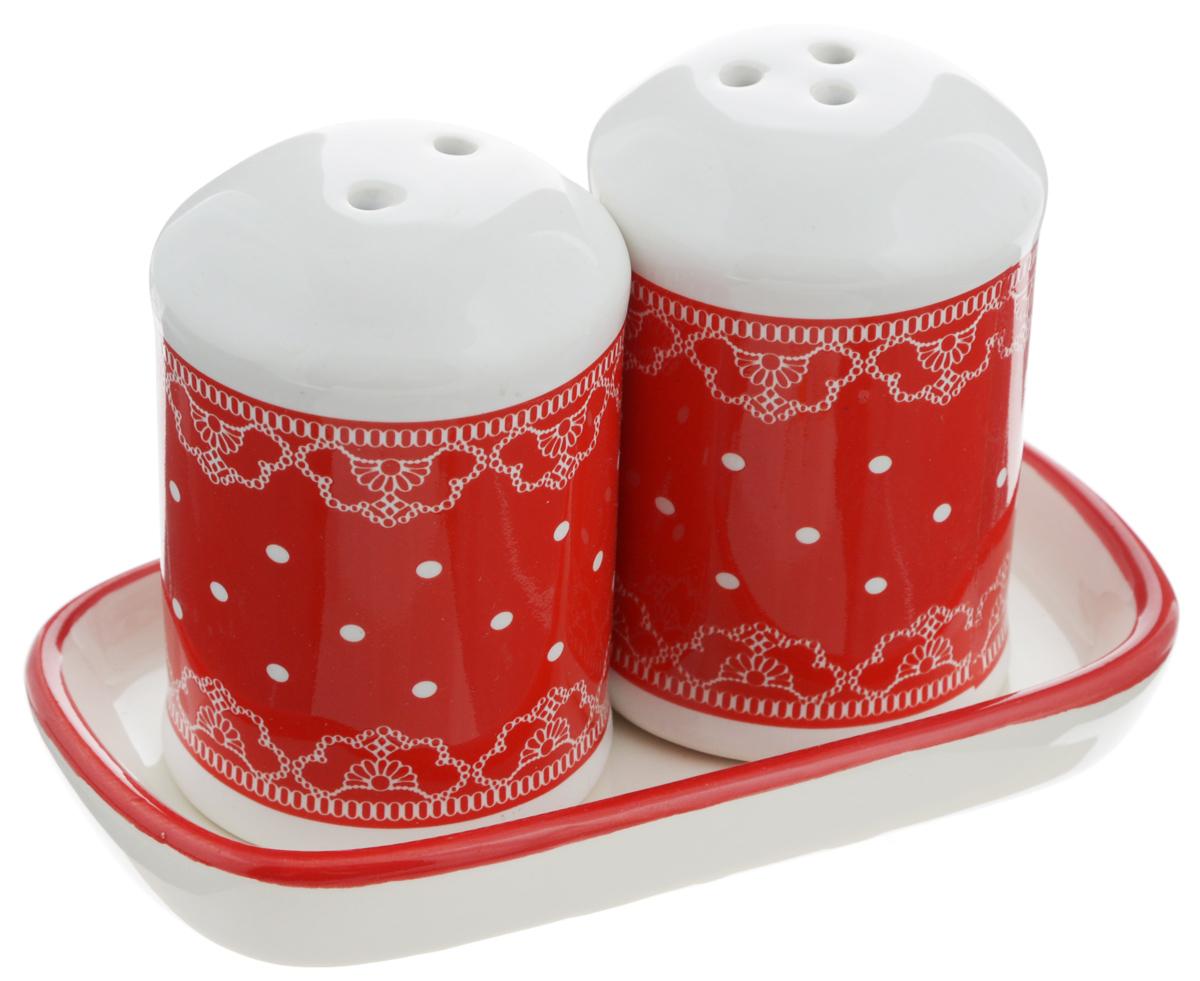 Набор для специй Loraine Красный узор, 3 предмета. 2580925809Набор для специй Loraine Красный узор, изготовленный из доломитовой керамики высокого качества, состоит из солонки, перечницы и подставки. Солонка и перечница декорированы красочным узором и помещаются на специальную керамическую подставку. Солонка и перечница легки в использовании: стоит только перевернуть емкости, и вы с легкостью сможете поперчить или добавить соль по вкусу в любое блюдо.Набор Loraine не только украсит стол, но и станет полезным аксессуаром, как на кухне, так и за праздничным столом. Изделия ее боятся низких температур. Можно мыть в посудомоечной машине. Диаметр солонки/перечницы: 4,5 см. Высота солонки/перечницы: 6,5 см. Размер подставки: 11,5 х 6,5 х 1,5 см.