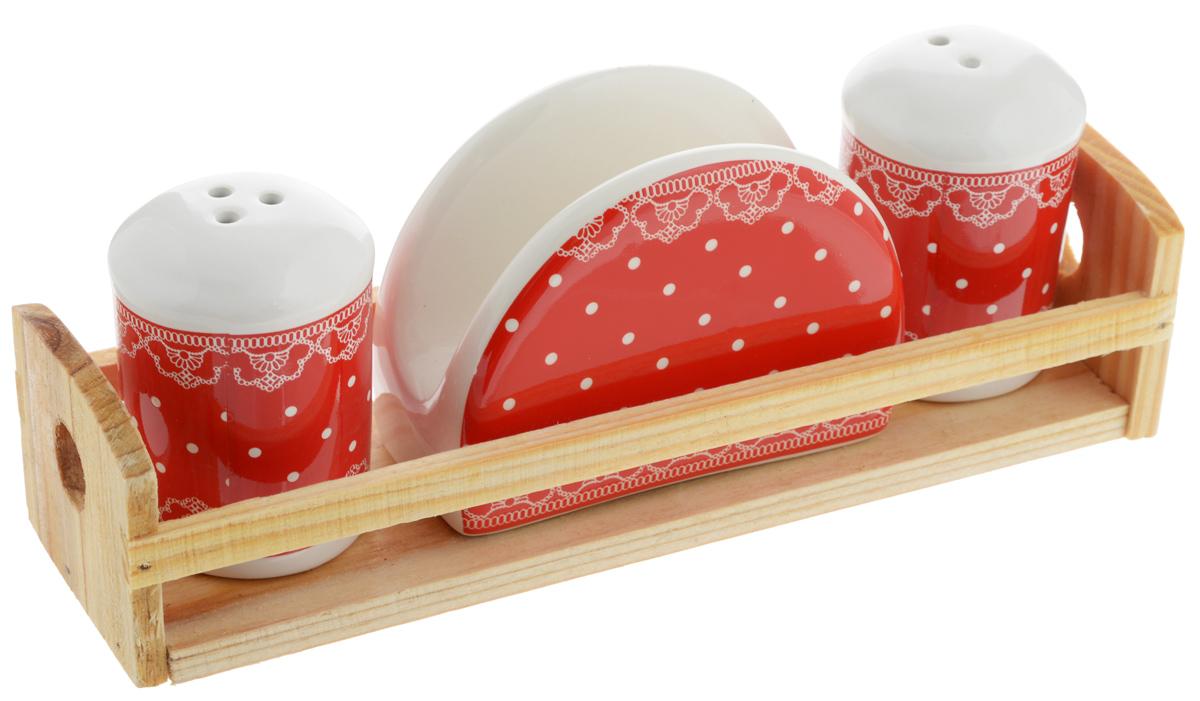 Набор для специй Loraine Красный узор, 4 предмета. 2581325813Набор для специй Loraine Красный узор состоит из солонки, перечницы, салфетницы и деревянной подставки. Предметы набора выполнены из доломита высокого качества и декорированы красочным узором. Отверстия, в которые засыпаются специи, закрыты силиконовыми пробками. Солонка и перечница легки в использовании: стоит только перевернуть емкости, и вы с легкостью сможете поперчить или добавить соль по вкусу в любое блюдо. Набор Loraine Красный узор не только украсит стол, но и станет полезным аксессуаром, как на кухне, так и за праздничным столом. С таким набором все специи всегда будут под рукой. Диаметр солонки/перечницы: 4,5 см. Высота солонки/перечницы: 6,5 см. Размер салфетницы: 9,2 х 4,3 х 7 см. Размер подставки: 21,2 х 6,2 х 5 см.