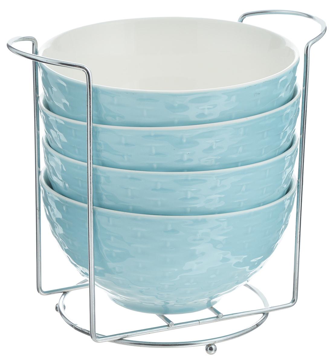 Набор супниц Loraine, на подставке, цвет: голубой, белый, 420 мл, 5 предметов22576Набор Loraine включает четыре супницы, выполненные из высококачественной глазурованнойкерамики. Внешние стенки декорированы рельефом под плетение. Набор прекрасно подходитдля подачи супов, бульонов и других блюд. Элегантный дизайн отлично впишется в интерьерлюбой кухни. Супницы компактно размещаются на подставке из железа. Посуду можно использовать в микроволновой печи и холодильнике, а также мыть впосудомоечной машине. Объем супниц: 420 мл. Диаметр супниц по верхнему краю: 15,5 см. Высота супниц: 8 см. Размер подставки: 20 х 13 х 18 см.