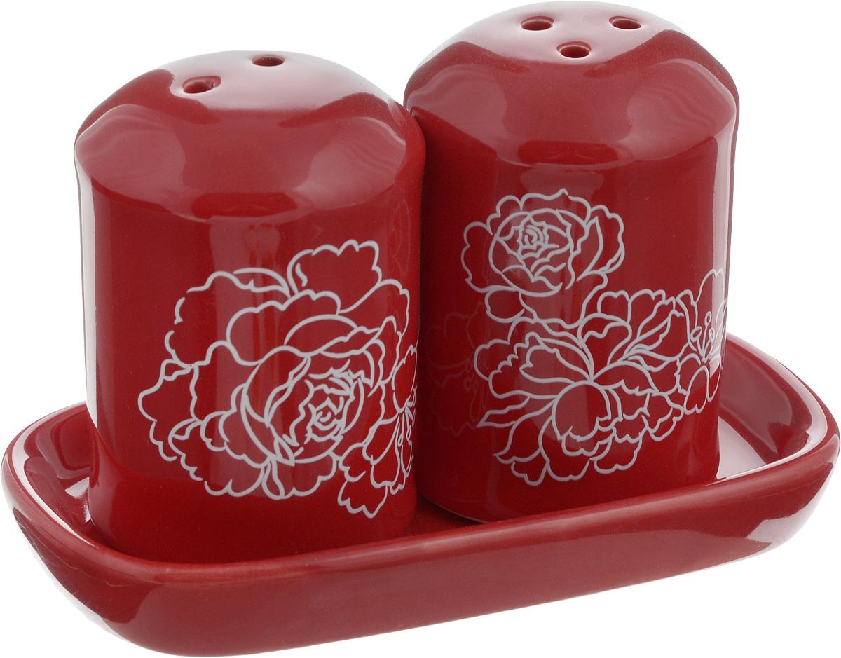 Набор для специй Loraine Красный узор, 3 предмета25828Набор для специй Loraine Красный узор, изготовленный из доломитовой керамики высокого качества, состоит из солонки, перечницы и подставки. Солонка и перечница декорированы цветочным узором и помещаются на специальную подставку. Солонка и перечница легки в использовании: стоит только перевернуть емкости, и вы с легкостью сможете поперчить или добавить соль по вкусу в любое блюдо.Набор Loraine не только украсит стол, но и станет полезным аксессуаром, как на кухне, так и за праздничным столом. Можно мыть в посудомоечной машине. Диаметр солонки/перечницы: 4,5 см. Высота солонки/перечницы: 6,5 см. Размер подставки: 11,5 х 6,5 х 1,5 см.