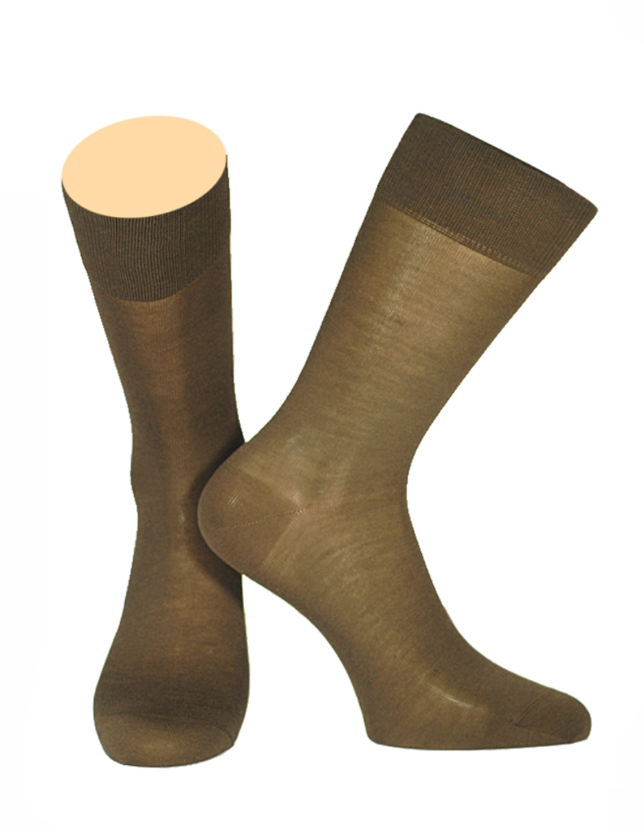 Носки мужские Collonil, цвет: коричневый. 150/06. Размер 44/46150/06Мужские носки Collonil изготовлены из высококачественного шелка с добавлением хлопка. Материал изделия обеспечивает великолепную посадку на ноге. Шелк обладает исключительными свойствами терморегуляции, он охлаждает когда жарко и держит тепло, когда температура начинает падать. Удлиненная широкая резинка идеально облегает ногу. Носки отличаются элегантным внешним видом. Носки станут отличным дополнением к вашему гардеробу!