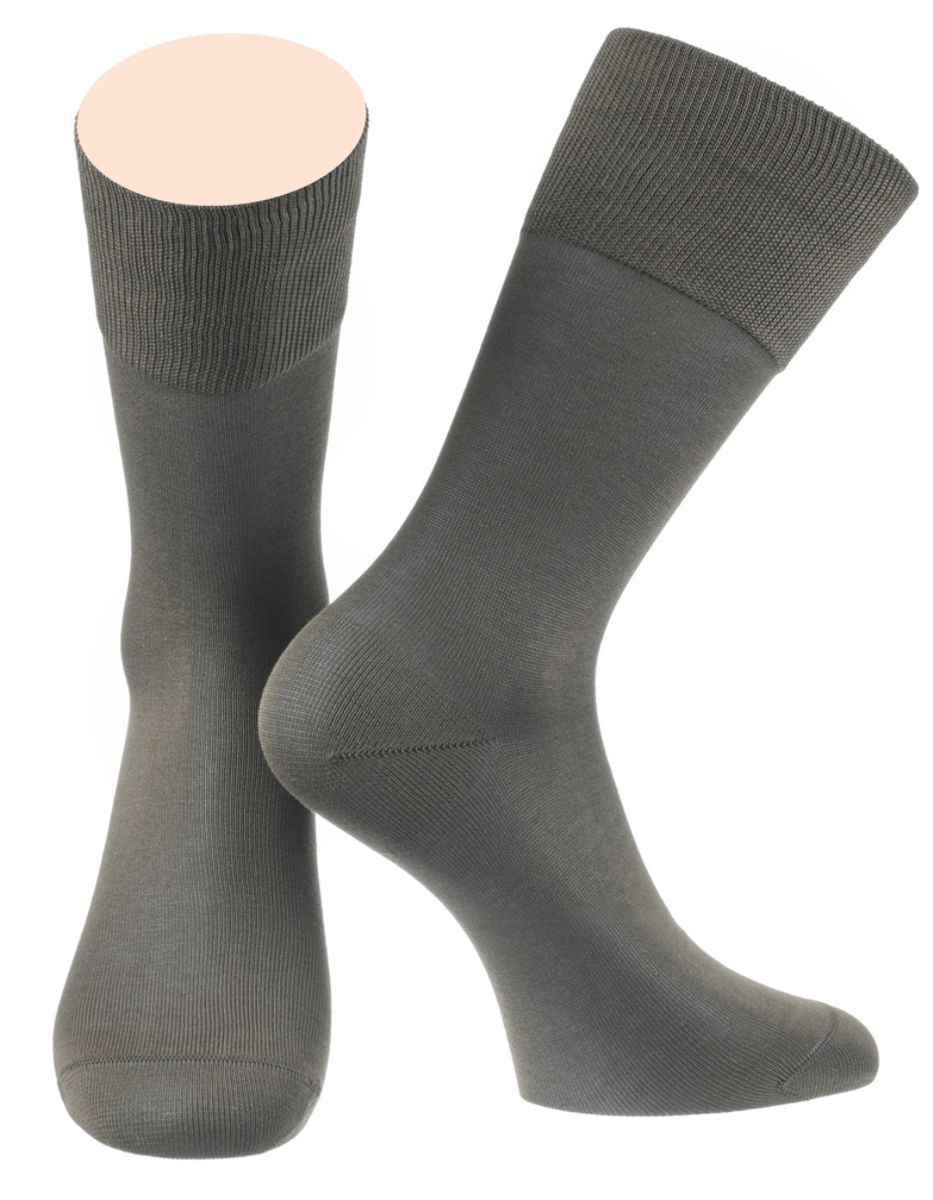 Носки мужские Collonil, цвет: серый. 2-15/02. Размер 42-432-15/02Мужские особо тонкие носки Collonil изготовлены из мерсеризованного хлопка с добавлением тактеля.Носки с удлиненным паголенком. Широкая резинка не сдавливает и комфортно облегает ногу.