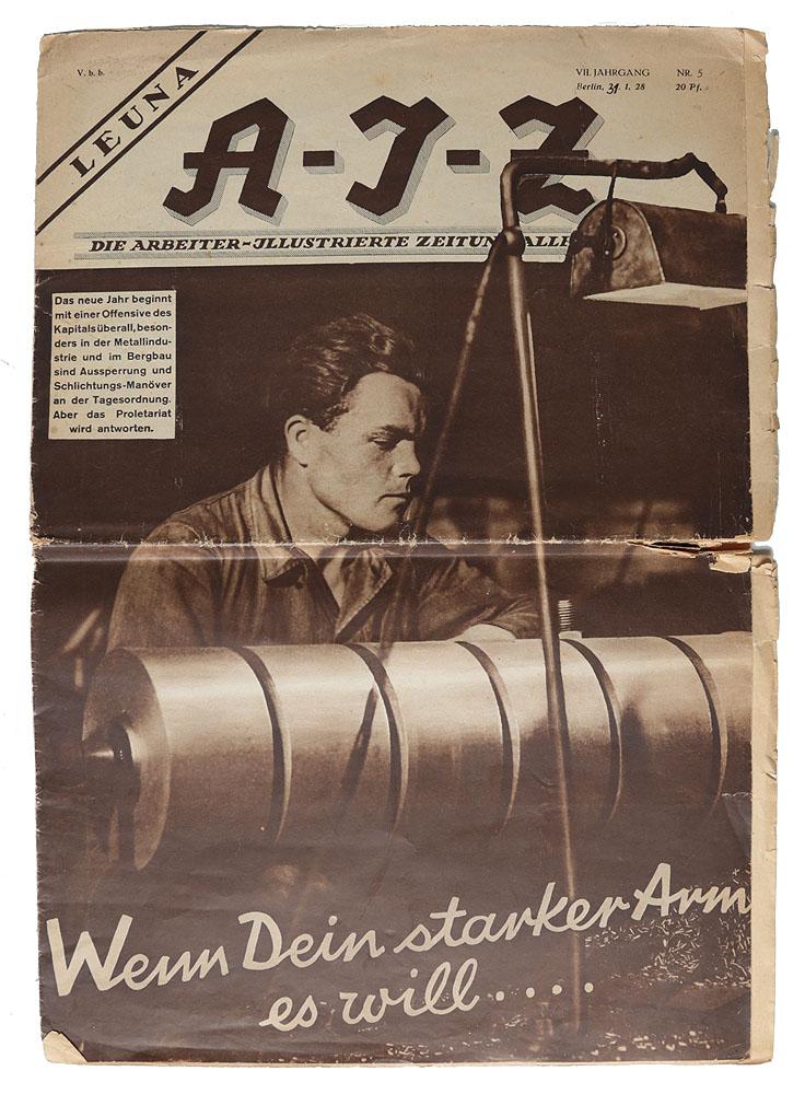 Журнал AIZ, № 5, 1928 годA-212Берлин, 1928 год. Издательство Neuer deutscher Verlag.Богато иллюстрированное издание.Типографская обложка.Сохранность удовлетворительная. Глубока горизонтальная складка по центру журнала, надрывы на страницах.Arbeiter-Illustrierte-Zeitung (AIZ) - еженедельный немецкий иллюстрированный журнал, издававшийся с 1924 по 1933 гг. в Берлине, после - в Праге, и до 1938 года - В Париже.Журнал носил антифашистский и прокоммунистический характер, был известен своими пропагандистскими фотомонтажами Джона Хартфилда.Джон Хартфилд (1891 - 1968 г.г.) - один из самых ярких художников Германии 20 века. Широкую известность получил как основатель нового направления в фотографии - политический фотомонтаж. Работы Хартфилда периода активного сотрудничества с журналом Arbeiter Illustrierte Zeitung, отличаются большой сатирической направленностью и социальной заостренностью.