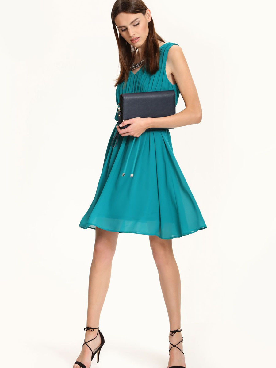 Платье Top Secret, цвет: изумрудный. SSU1567CZ. Размер 42 (48)SSU1567CZЭлегантное платье Top Secret, изготовленное из высококачественного полиэстера, оно мягкое на ощупь, не раздражает кожу и хорошо вентилируется.Модель с V-образным вырезом горловины без рукавов на спинке застегивается на потайную застежку-молнию. Верх платья оформлен в гофрированном стиле. Складки на юбке дарят образу романтичность. В поясе модель дополнена шлевками для ремня и небольшим пояском. Стильное платье выполнено в лаконичном однотонном стиле.
