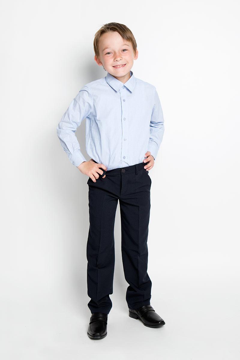 Рубашка для мальчика Nota Bene, цвет: голубой. AW15BS354B-10. Размер 146AW15BS354A-10/AW15BS354B-10Рубашка для мальчика Nota Bene, выполненная из натурального хлопка, отлично сочетается как с джинсами, так и с классическими брюками. Материал изделия легкий, мягкий и тактильно приятный, не сковывает движения и обладает высокими дышащими свойствами.Рубашка с длинными рукавами и отложным воротником застегивается спереди на пуговицы по всей длине. Модель имеет прямой силуэт. На манжетах также предусмотрены застежки-пуговицы. Оформлено изделие принтом в узкую полоску. Стильная рубашка станет отличным дополнением к школьному гардеробу!
