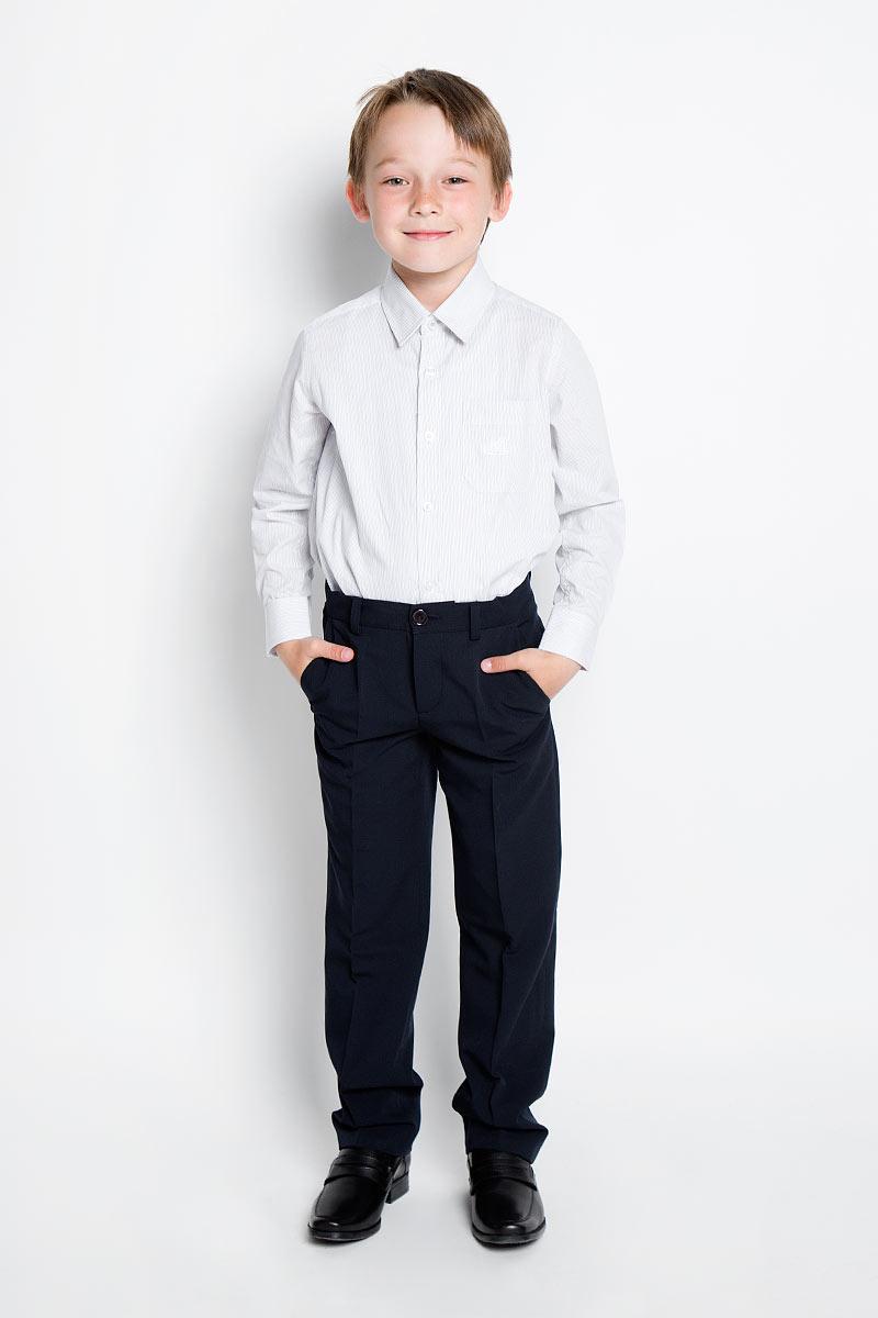 Рубашка для мальчика Nota Bene, цвет: серый, белый. AW15BS353A-20. Размер 122AW15BS353A-20/AW15BS353B-20Рубашка для мальчика Nota Bene, выполненная из натурального хлопка, отлично сочетается как с джинсами, так и с классическими брюками. Материал изделия легкий, мягкий и тактильно приятный, не сковывает движения и обладает высокими дышащими свойствами.Рубашка прямого силуэта с отложным воротником и длинными рукавами застегивается спереди на пуговицы по всей длине. Модель оснащена накладным карманом на груди, украшенным вышитым логотипом бренда. На манжетах предусмотрены застежки-пуговицы. Оформлено изделие принтом в полоску. Стильная рубашка станет отличным дополнением к школьному гардеробу!