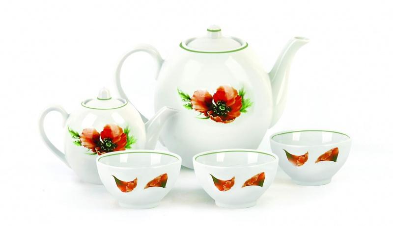 """Чайный набор Фарфор Вербилок """"Маков цвет"""", выполненный из высококачественного фарфора, состоит из чайника и шести пиал.  Роскошная коллекция вербиловского фарфора — это бесценный подарок для всех любителей изысканной посуды. История """"Мануфактуры Гарднеръ"""" насчитывает более 250 лет. За четверть тысячелетия фабричные мастера создали целую галерею шедевров фарфорового искусства, многие из которых служили украшением императорских дворцов и аристократических салонов. Если верить легенде, именно вербилковские сервизы так понравились Екатерине II во время праздничного обеда в честь именин монаршей особы.  Объем чайника: 800 мл. Объем пиал: 300 мл."""