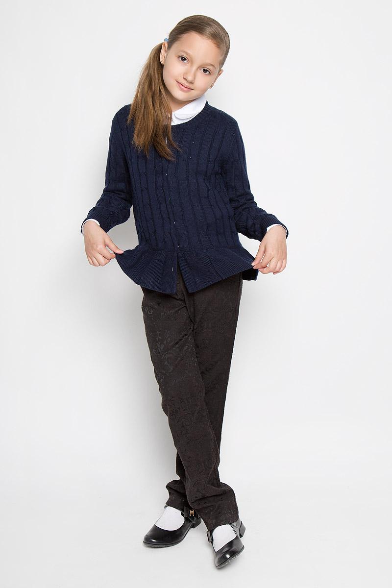 Кардиган для девочки Nota Bene, цвет: темно-синий. AW15GS224B-29. Размер 146AW15GS224A-29/AW15GS224B-29Стильный кардиган для девочки Nota Bene идеально подойдет для школы и повседневной носки. Изготовленный из вискозы с добавлением шерсти и нейлона, он мягкий и приятный на ощупь, не сковывает движения и позволяет коже дышать, не раздражает даже самую нежную и чувствительную кожу ребенка, обеспечивая ему наибольший комфорт. Модель с длинными рукавами и круглым вырезом горловины застегивается спереди на кнопки. Манжеты и горловина связаны резинкой. Низ кардигана дополнен небольшой баской. Изделие оформлено узором косичкой. Такой кардиган - хорошая альтернатива пиджаку в прохладное время года. Являясь важным атрибутом школьной моды, он обеспечивает тепло и комфорт.