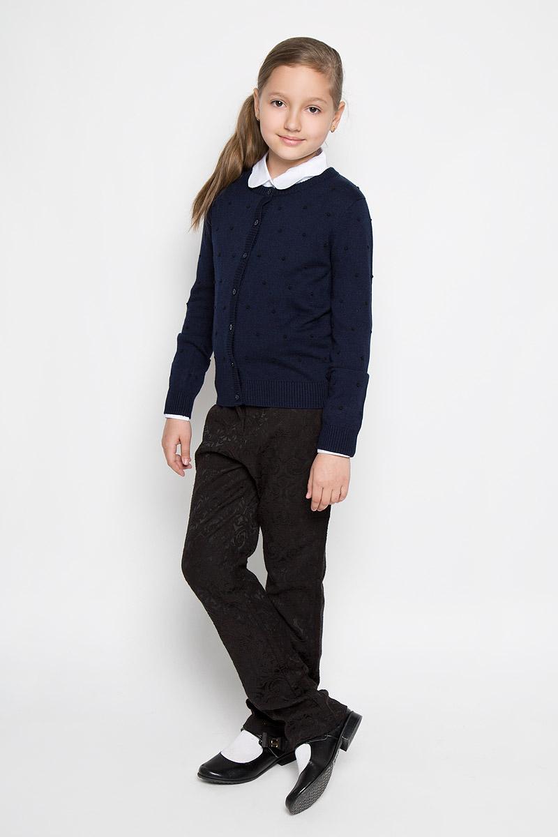 Кардиган для девочки Nota Bene, цвет: темно-синий. AW15GS122B-29. Размер 152AW15GS122A-29/AW15GS122B-29Стильный кардиган для девочки Nota Bene идеально подойдет для школы и повседневной носки. Изготовленный из вискозы с добавлением шерсти и нейлона, он мягкий и приятный на ощупь, не сковывает движения и позволяет коже дышать, не раздражает даже самую нежную и чувствительную кожу ребенка, обеспечивая ему наибольший комфорт. Модель с длинными рукавами и круглым вырезом горловины застегивается спереди на пуговицы. Низ изделия, манжеты, горловина и планка с пуговицами связаны резинкой. Кардиган оформлен принтом в виде выпуклых горошин. Классический крой позволяет создавать деловые образы в сочетании с рубашками и водолазками. Такой кардиган - хорошая альтернатива пиджаку в прохладное время года. Являясь важным атрибутом школьной моды, он обеспечивает тепло и комфорт.