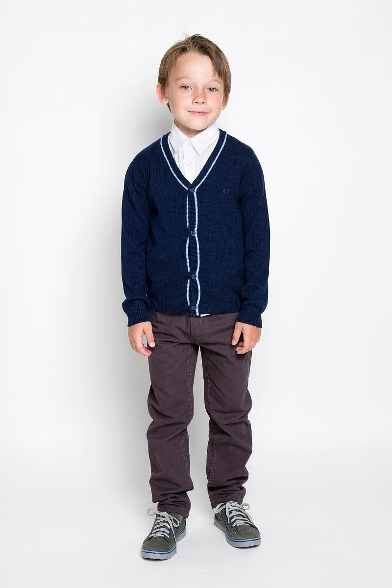 Кардиган для мальчика Scool, цвет: темно-синий. 363007. Размер 158, 13 лет363007Стильный трикотажный кардиган для мальчика Scool идеально подойдет для школы и повседневной носки. Изготовленный из хлопка с добавлением акрила, он необычайно мягкий и приятный на ощупь, не сковывает движения ребенка и позволяет коже дышать. Классический кардиган с длинными рукавами и V-образным вырезом горловины застегивается на пуговицы. Низ модели, вырез горловины, планка и манжеты связаны резинкой. Оригинальный современный дизайн и модная расцветка делают этот кардиган модным и стильным предметом детского гардероба. Трикотажный кардиган прямого кроя - хорошая альтернатива школьному пиджаку. Являясь важным атрибутом школьной моды, он обеспечивает тепло и комфорт.