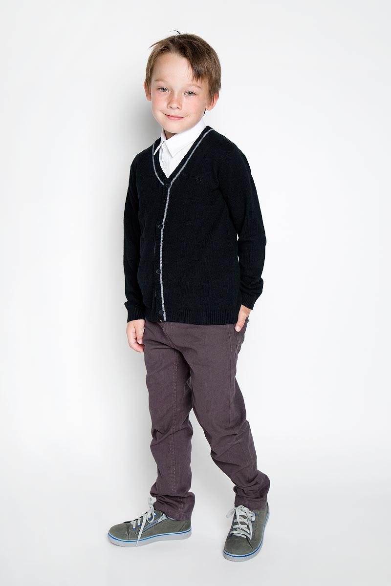 Кардиган для мальчика Scool, цвет: черный. 363006. Размер 152, 12 лет363006Стильный трикотажный кардиган для мальчика Scool идеально подойдет для школы и повседневной носки. Изготовленный из хлопка с добавлением акрила, он необычайно мягкий и приятный на ощупь, не сковывает движения ребенка и позволяет коже дышать. Классический кардиган с длинными рукавами и V-образным вырезом горловины застегивается на пуговицы. Низ модели, вырез горловины, планка и манжеты связаны резинкой. Оригинальный современный дизайн и модная расцветка делают этот кардиган модным и стильным предметом детского гардероба. Трикотажный кардиган прямого кроя - хорошая альтернатива школьному пиджаку. Являясь важным атрибутом школьной моды, он обеспечивает тепло и комфорт.
