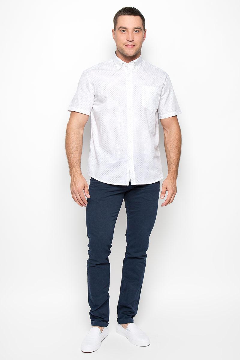 Рубашка мужская Finn Flare, цвет: белый. S16-21011_201. Размер XL (52)S16-21011_201Мужская рубашка Finn Flare, выполненная из высококачественного хлопка, обладает высокой теплопроводностью, воздухопроницаемостью и гигроскопичностью, позволяет коже дышать, тем самым обеспечивая наибольший комфорт при носке. Рубашка прямого кроя, с короткими рукавами и отложным воротником застегивается на пуговицы. Модель дополнена накладным нагрудным карманом, закрывающимся на пуговицу. Рубашка оформлена оригинальным принтом. Воротник фиксируется на пуговицы. Такая рубашка подчеркнет ваш вкус и поможет создать великолепный современный образ.