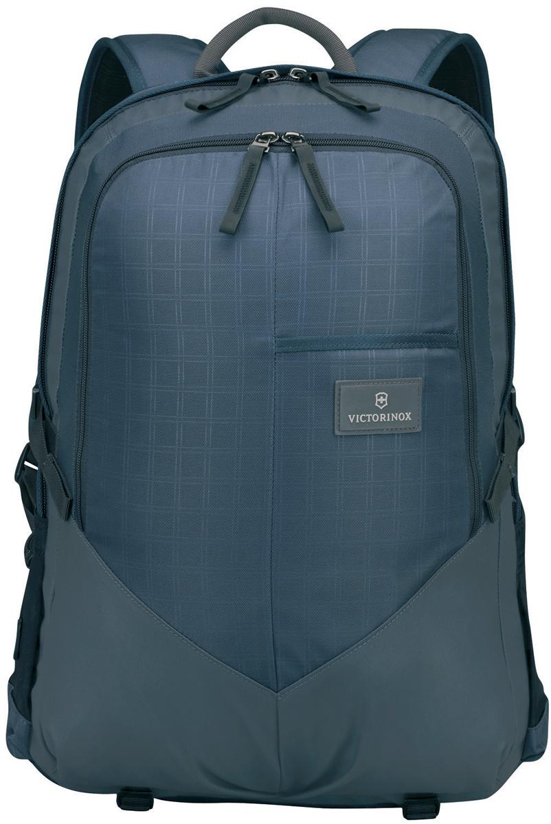 Рюкзак Victorinox Altmont 3.0. Deluxe Backpack, 30 л, цвет: синий. 32388009 + ПОДАРОК: нож-брелок Escort32388009Оригинальный швейцарский армейский нож Swiss Army был создан в 1897 году в небольшой деревушке Ибах в Швейцарии. С тех пор продукция, выпускаемая под маркой Victorinox с ее узнаваемым логотипом в виде креста на щите, по праву считается эталоном отличного качества, высокой функциональности, инновационных технологий и культового дизайна. Преданность принципам в течение последних 130 лет позволила создавать продукты, которые являются выдающимися не только по дизайну и качеству, но которые также являются надежными спутниками в больших и маленьких жизненных приключениях. Сегодня фирма с гордостью представляет линейку сумок, чемоданов и дорожных аксессуаров, которые наилучшим образом воплощают в себе данные принципы, а также сочетают в себе черты лучшего классического стиля. Индивидуальность - это то, что отличает вас от любого другого человека, с которым вы сталкиваетесь на улице, в поезде, с которым вы общаетесь в городе. Каждый день вашей жизни — это уникальный опыт, который никогда больше не повторится. Коллекция Altmont 3.0 создавалась с расчетом на индивидуальность. Неважно носите ли вы рюкзак, сумку-мессенджер или повседневную сумку — в коллекции Altmont 3.0 есть богатый выбор аксессуаров такой же многогранный, как и ваш индивидуальный стиль. Для вас просто не существуют такой вещи как обычный день, и также как и вы, наша коллекция справится с любой ситуацией. Прототип модели прошел целых 30 основательных и строгих испытаний, в ходе которых проводилась симуляция самых экстремальных сценариев и условий внешней среды, возможных в реальной жизни. Жесткий режим проводимых тестов гарантирует точность, прочность и износоустойчивость, т. е. все признаки высокого качества и эксплуатационных характеристик, которые покупатель ожидает от продукции Victorinox. Далее каждое изделие проходит тщательный контроль сертифицированным техническим специалистом. Характеристики