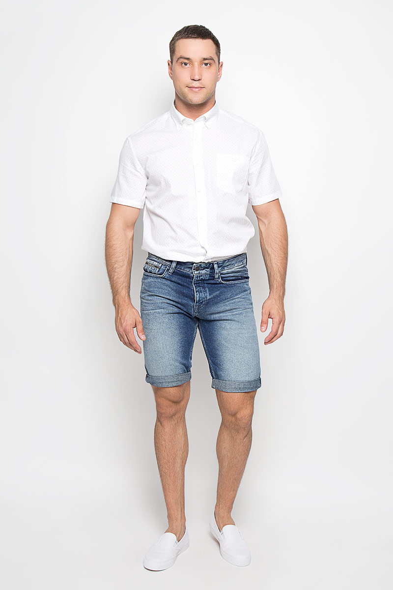 Шорты мужские Calvin Klein Jeans, цвет: синий. J3IJ303979_4890. Размер 32 (52)602328-1030Стильные и практичные мужские джинсовые шорты Calvin Klein великолепно подойдут для повседневной носки и помогут вам создать незабываемый современный образ. Классическая модель стандартной посадки изготовлена из натурального хлопка, благодаря чему великолепно пропускает воздух, обладает высокой гигроскопичностью и превосходно сидит. Шорты застегиваются на ширинку на пуговицах. На поясе расположены шлевки для ремня. Шорты имеют классический пятикарманный крой: они оснащены двумя втачными карманами и небольшим накладным кармашком спереди, и двумя втачными карманами сзади.Эти модные и в тоже время удобные шорты станут великолепным дополнением к вашему гардеробу. В них вы всегда будете чувствовать себя уверенно и комфортно.