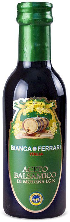 Bianca Ferrari ди Модена Зеленая уксус бальзамический, 250 млPF765Бальзамический уксус - это кисло-сладкая эссенция из виноградного сусла, выдержанного в бочках (иначе бальзамико). Наиболее изысканная приправа, которую когда-либо производили в Италии. Его применяют в качестве добавки в салаты, супы, различные соусы, уникальные маринады, пикантные десерты. Даже незначительное количество бальзамико может до неузнаваемости изменить вкус блюда, и самый невыразительный состав может стать кулинарным шедевром.