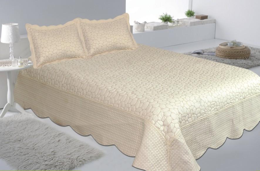 Комплект для спальни Buenas Noches: покрывало 230 см х 250 см, 2 наволочки 50 см х 70 см, цвет: молочный12524Комплект для спальни Buenas Noches состоит из покрывала и 2 наволочек. Верх и низ изделий выполнен из 100% хлопка. Наполнитель - 100% полиэстер. Комплект для спальни Buenas Noches - отличный способ придать спальне уют и привнести в интерьер что-то новое. Комплект упакован в сумку-чехол на застежке-молнии.Buenos Noches - продукция с высоким качеством исполнения и с использованием стойких и безвредных красителей. Размер покрывала: 230 см х 250 см. Размер наволочки: 50 см х 70 см.