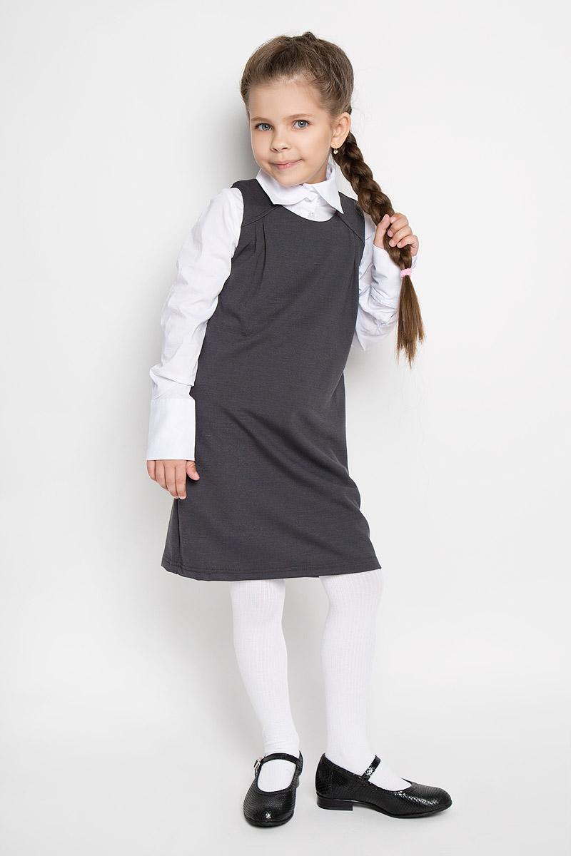 Сарафан для девочки Button Blue, цвет: серый. 215BBGS5004. Размер 128, 8 лет215BBGS5004Сарафан для девочки Button Blue - базовая вещь в школьном гардеробе ребенка. Изготовленный из полиэстера с добавлением района и эластана, он мягкий и приятный на ощупь, не сковывает движения и позволяет коже дышать, не раздражает даже самую нежную и чувствительную кожу ребенка, обеспечивая наибольший комфорт. Подкладка выполнена из гладкой подкладочной ткани. Сарафан трапециевидного силуэта с круглым вырезом горловины на спинке застегивается на длинную скрытую застежку-молнию. Комфортный свободный силуэт не стесняет движений и позволяет использовать модель для всех типов фигур. По бокам сарафан дополнен двумя прорезными кармашками. Верхняя часть изделия спереди дополнена складками, что гармонично дополняет образ.Являясь важным атрибутом школьной моды, в сочетании с любой водолазкой, футболкой, блузкой, сарафан выглядит очень изысканно и деликатно.