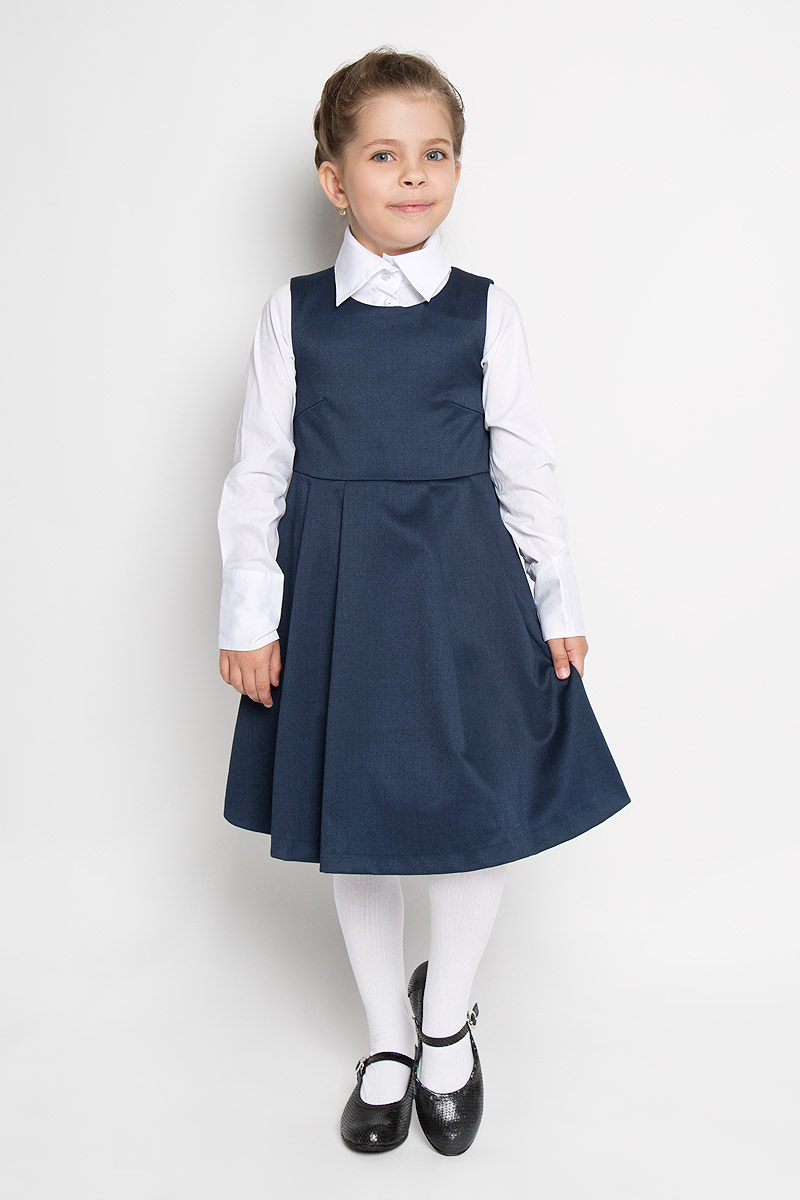 Сарафан для девочки Button Blue, цвет: темно-синий. 215BBGS2501. Размер 122, 7 лет215BBGS2501Сарафан для девочки Button Blue - базовая вещь в школьном гардеробе ребенка. Изготовленный из полиэстера с добавлением вискозы, он мягкий и приятный на ощупь, не сковывает движения и позволяет коже дышать, не раздражает даже самую нежную и чувствительную кожу ребенка, обеспечивая наибольший комфорт. Подкладка выполнена из гладкой подкладочной ткани. Сарафан трапециевидного силуэта с округлым вырезом горловины на спинке застегивается на длинную скрытую застежку-молнию. Сарафан имеет отрезную линию талии и крупные складки на юбке.Являясь важным атрибутом школьной моды, в сочетании с любой водолазкой, футболкой, блузкой, сарафан выглядит очень изысканно и деликатно.