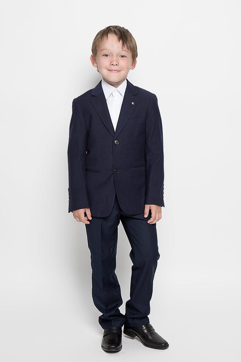 Пиджак для мальчика Nota Bene, цвет: темно-синий. AW15BS360B-29. Размер 164AW15BS360A-29/AW15BS360B-29Стильный пиджак для мальчика Nota Bene станет отличным дополнением к школьному гардеробу в прохладные дни. Изготовленный из высококачественного материала, он необычайно мягкий и приятный на ощупь, не сковывает движения и позволяет коже дышать, не раздражает нежную кожу ребенка, обеспечивая ему наибольший комфорт.Пиджак с воротничком с лацканами застегивается на пластиковые пуговички. Низ рукавов дополнен декоративными пуговицами. Спереди пиджак оформлен двумя прорезными карманами в нижней части изделия и небольшим прорезным кармашком на груди. Сзади предусмотрены две небольшие шлицы. В таком пиджачке ваш маленький мужчина будет чувствовать себя комфортно, уютно и всегда будет в центре внимания!