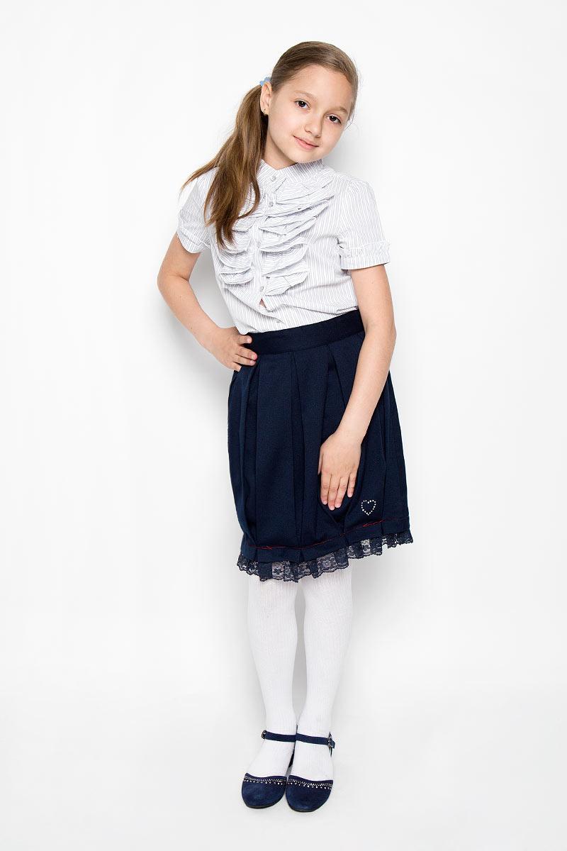 Юбка для девочки Scool, цвет: темно-синий. 364024. Размер 128, 8 лет364024Классическая юбка для девочки Scool идеально подойдет для школы. Изготовленная из высококачественного материала с подкладкой, она необычайно мягкая и приятная на ощупь, не сковывает движения и позволяет коже дышать, не раздражает даже самую нежную и чувствительную кожу ребенка, обеспечивая наибольший комфорт. Юбка, оформленная от линии талии крупными складками, застегивается на оригинальную пуговицу и застежку-молнию. При необходимости в поясе ее можно утянуть скрытой резинкой на пуговках. Низ изделия дополнен кружевной оборкой и маленьким сердечком из страз.В сочетании с любым верхом, эта юбка выглядит строго, красиво, и очень эффектно.