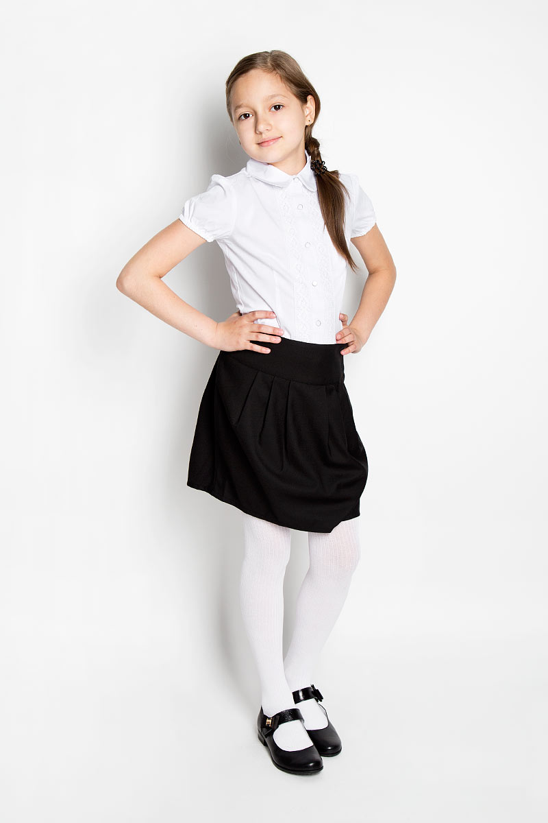 Блузка для девочки Scool, цвет: белый. 364045. Размер 122, 7 лет364045Элегантная блузка для девочки Scool идеально подойдет для школьной формы. Изготовленная из эластичного хлопка с добавлением полиэстера, она мягкая, легкая и приятная на ощупь, не сковывает движения и позволяет коже дышать, не раздражает даже самую нежную и чувствительную кожу ребенка, обеспечивая наибольший комфорт. Блузка приталенного силуэта с короткими рукавами-фонариками и отложным воротником застегивается на металлические пуговицы с пластиковым покрытием. Края рукавов присборены на эластичные резинки. Вдоль застежки модель оформлена кружевными вставками.Такая блузка - незаменимая вещь для школьной формы, отлично сочетается с юбками, брюками и сарафанами.