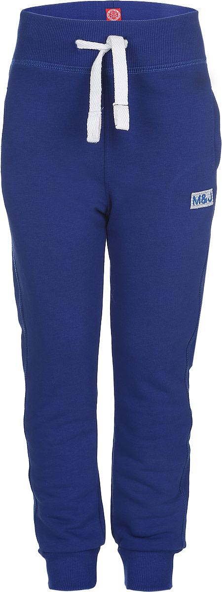 Брюки для мальчика Modniy Juk MJ, цвет: синий. 15В00160700. Размер 30 (116)15В00160700Удобные брюки для мальчика Modniy Juk MJ идеально подойдут вашему ребенку для отдыха, прогулок или занятий спортом. Изготовленные из хлопка с добавлением полиэстера, они необычайно мягкие и приятные на ощупь, не сковывают движения, сохраняют теплои позволяют коже дышать, не раздражают даже самую нежную и чувствительную кожу ребенка, обеспечивая наибольший комфорт. Лицевая сторона гладкая, а изнаночная - с мягким теплым начесом. Брюки спортивного стиля на талии имеют широкую эластичную резинку, благодаря чему, они не сдавливают живот ребенка и не сползают. Объем талии регулируется с помощью шнурка. По бокам модель дополнена двумя прорезными кармашками. Спереди брюки оформлены вышитым названием бренда M&J, а сзади небольшим накладным кармашком.Снизу брючины дополнены широкими трикотажными манжетами.Такие брюки станут модным и стильным предметом детского гардероба.