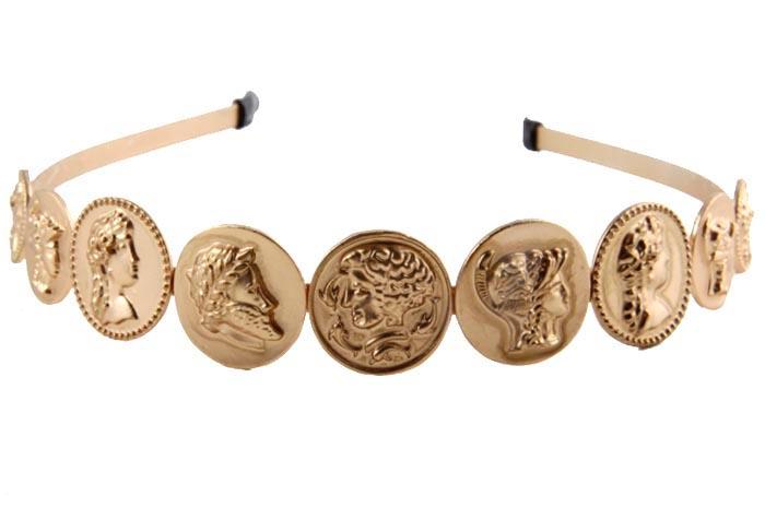 Ободок для волос Римские монеты. Бижутерный сплав. Конец XX века596566Ободок для волос Римские монеты. Бижутерный сплав. Конец ХХ века. Размер 12 х 2 см. Сохранность хорошая. Предмет не был в использовании. Ободок для волос выполнен из металла золотого тона. Изделие декорировано монетами из металла с изображениями характерными для античной эпохи.Ободок позволит убрать непослушные волосы и придаст образу романтичности и очарования.