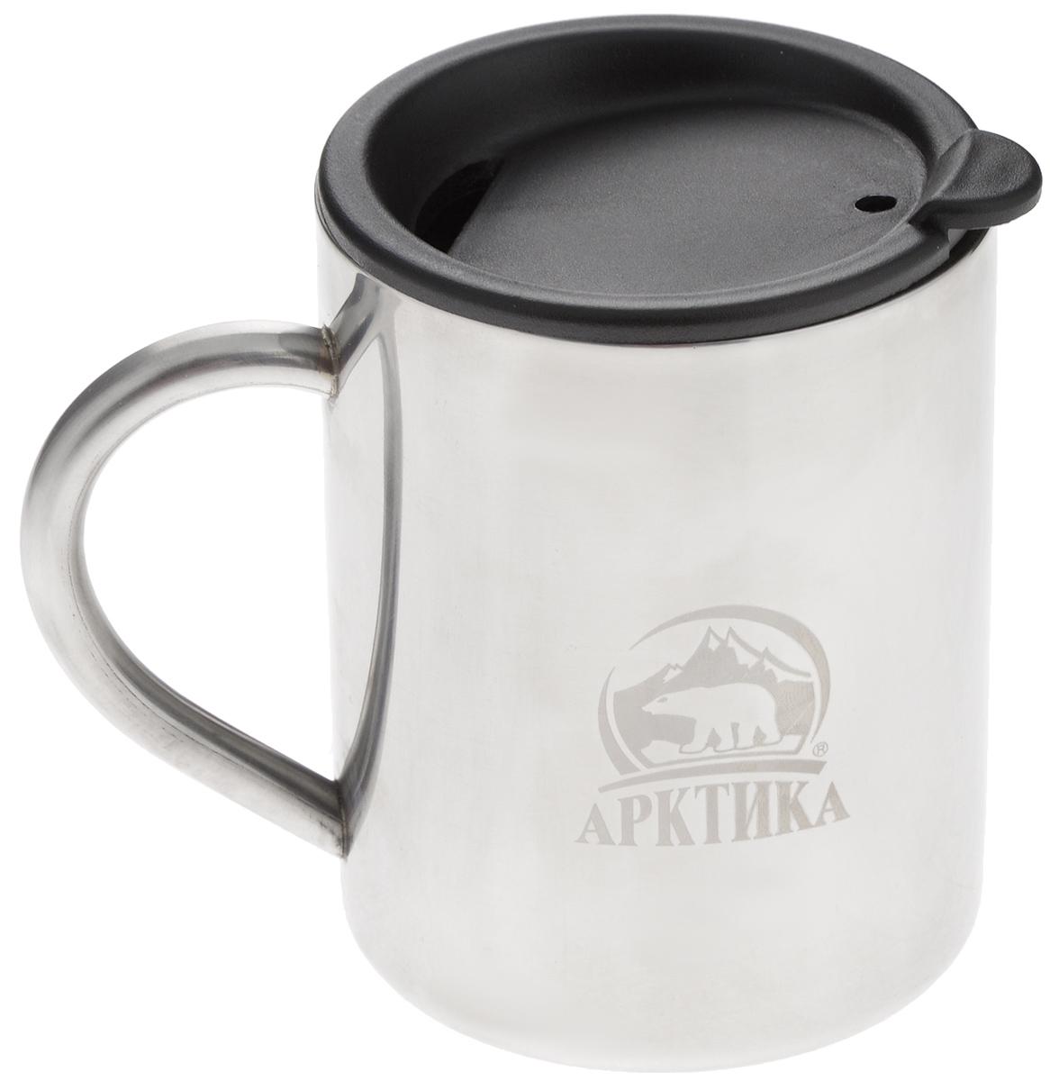 Термокружка Арктика, цвет: металлик, черный, 0,4 л801-400Термокружка Арктика одинаково хороша и при использовании дома, если вы любите растягивать удовольствие от напитка и вам не нравится, что он так быстро остывает, и на даче, где такая посуда особенно впору в силу своей прочности, долговечности и практичности. Изделием приятно пользоваться, ведь оно не обжигает руки, его легко мыть. Термокружка выполнена из прочной нержавеющей стали, благодаря чему ее можно не бояться уронить. Имеется пластиковая крышка с силиконовой вставкой. В ней расположено отверстие, через которое можно пить.Диаметр кружки (по верхнему краю): 7,8 см.Высота кружки (без учета крышки): 10 см.
