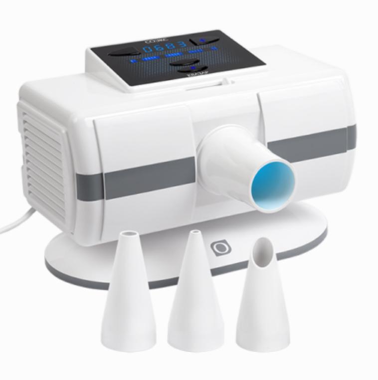 Соэкс Квазар, White УФ-облучательСОЭКС 004Прибор Соэкс Квазар, генерирующий ультрафиолетовое излучение и позволяющий лечить воспалительные ЛОР-заболевания, осуществлять обработку кожи и слизистых оболочек. Может использоваться для профилактической бактерицидной обработки воздуха в небольших помещениях. Не вырабатывает озон, благодаря чему людям не приходится покидать помещение на время эксплуатации прибора. Обеззараживает не только воздух, но и любые поверхности предметов, находящихся в помещении. Комплектация включает 3 сменных тубуса для облучения горла, носа, кожных покровов. Облучатель оснащен таймером, автоматически отключающим его по окончании процедуры. Управление осуществляется с помощью 4-х кнопок, расположенных вместе с дисплеем на верхней панели.Ультрафиолетовое облучение хорошо проявляет себя при лечении различных заболеваний в терапии, хирургии, стоматологии, гинекологии, ЛОР-практике, дерматологии и педиатрии. Если совсем недавно подобные процедуры можно было проводить только в специализированных лечебных учреждениях, то сегодня на рынке имеются медицинские приборы, генерирующие УФ-излучение, предназначенные для домашнего использования. Одним из наиболее эффективных приборов этого типа является бактерицидный облучатель СОЭКС Квазар. Данный аппарат отлично проявляет себя при лечении широкого спектра заболеваний кожи, органов дыхания, позволяя воздействовать с помощью комплектных тубусов на слизистые оболочки и кожные покровы. Кроме того, прибор можно использовать для профилактического обеззараживания воздуха и поверхностей в помещениях, что представляет его в еще более выгодном свете при сравнении с похожими моделями. С помощью УФ-облучатель КВАЗАР Вы сможете эффективно лечить в домашних условиях такие распространенные заболевания, как ОРВИ, ОРЗ, ангина, гайморит, бронхит, ринит и мн.др. В режиме Лечение прибор осуществляет локальное или общее облучение кожных либо слизистых покровов человека в соответствии с назначением медика.для предотвращения и лече