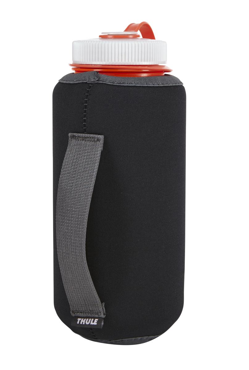 Футляр для бутылки Thule Versant, цвет: черный212300Футляр Thule Versant подойдет для тех, кому нужен беспроблемный доступ к бутылке с водой. Особенности:- Совместимо с системой VersaClick - Он подходит для большинства бутылок воды емкостью 1 л. - Защелкивается на месте и легко снимается. - Благодаря теплоизоляции холодные напитки не нагреваются, а горячие — не остывают. - Тканая ручка предназначена для того, чтобы было удобнее держать бутылку. - Модульную конструкцию можно закрепить на стандартной тесьме.Высота: 20 см. Ширина: 1 см.