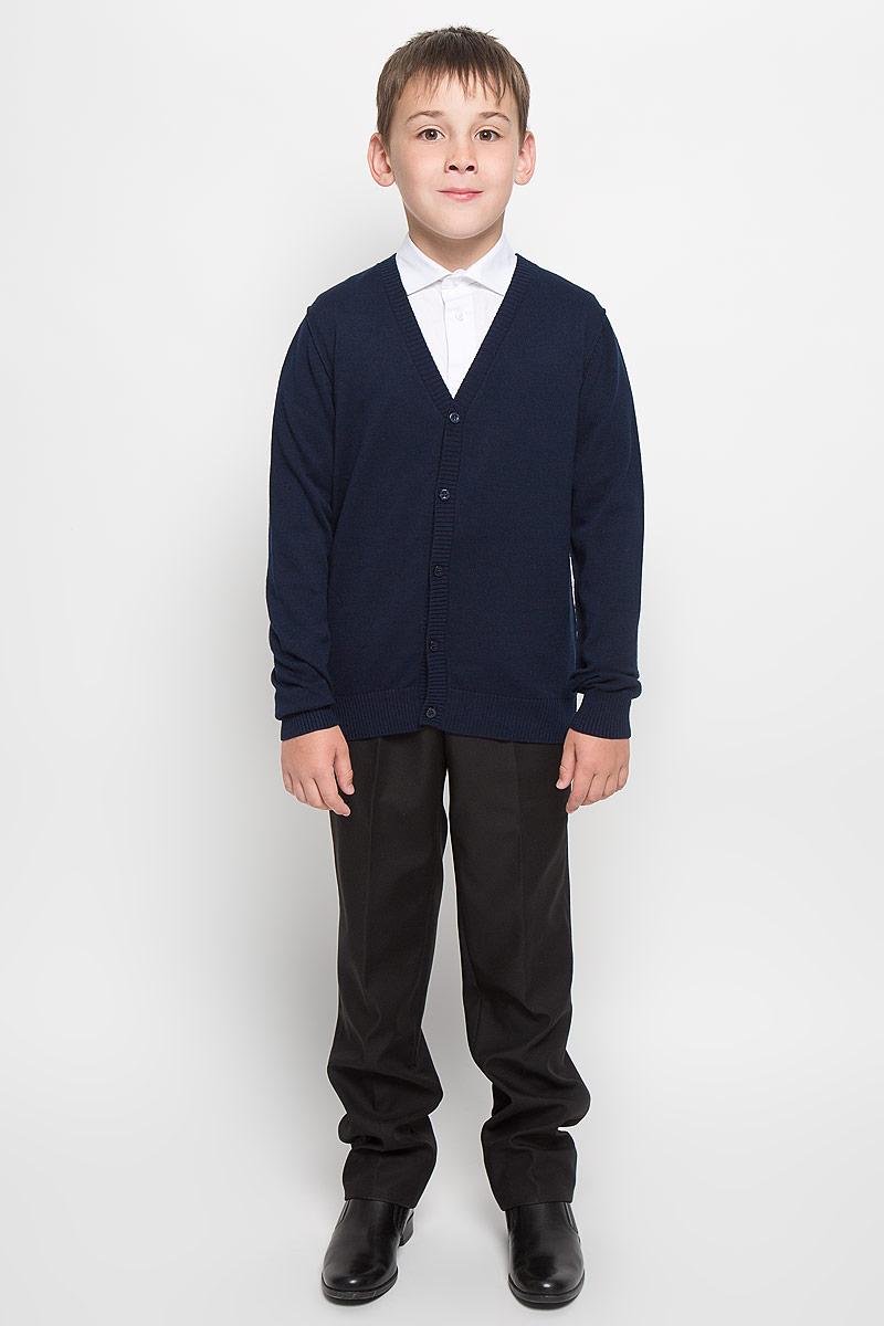 Кардиган для мальчика Orby School, цвет: темно-синий. 64204_OLB, вар.1. Размер 146/152, 10-11 лет64204_OLB, вар.1Стильный трикотажный кардиган для мальчика Orby School идеально подойдет для школы и повседневной носки. Изготовленный из натурального хлопка, он необычайно мягкий и приятный на ощупь, не сковывает движения ребенка и позволяет коже дышать. Классический кардиган с длинными рукавами и V-образным вырезом горловины застегивается на пуговицы. Низ модели, вырез горловины, планка и манжеты отделаны широкой резинкой. Оригинальный современный дизайн и модная расцветка делают этот кардиган модным и стильным предметом детского гардероба. Трикотажный кардиган прямого кроя - хорошая альтернатива школьному пиджаку. Являясь важным атрибутом школьной моды, он обеспечивает тепло и комфорт.