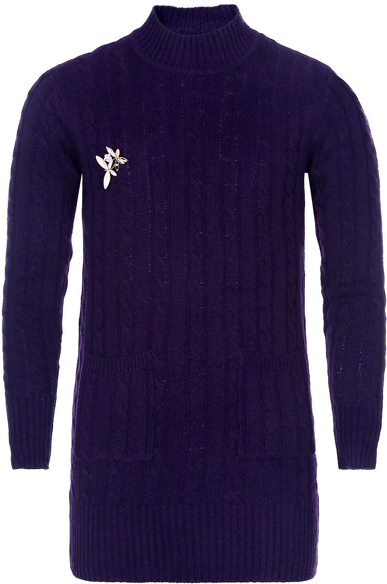 Свитер для девочки Nota Bene, цвет: фиолетовый. WT5515-12. Размер 152WT5515-12Модный свитер для девочки Nota Bene подарит вашей маленькой принцессе комфорт и удобство в прохладные дни. Изготовленный из высококачественной комбинированной пряжи, он необычайно мягкий и приятный на ощупь, не сковывает движения малышки и позволяет коже дышать, не раздражает даже самую нежную и чувствительную детскую кожу, обеспечивая наибольший комфорт. Свитер с длинными рукавами и воротником-стойкой превосходно тянется и отлично сидит. Воротник, манжеты рукавов и низ свитера связаны резинкой. Свитер оформлен объемными вязаными косами и украшен съемной брошкой в виде двух стрекоз со стразами. Спереди расположены два накладных кармана. Оригинальный современный дизайн и модная расцветка делают этот свитер практичным и стильным предметом детского гардероба. В нем ваша дочурка будет чувствовать себя уютно и комфортно и всегда будет в центре внимания!